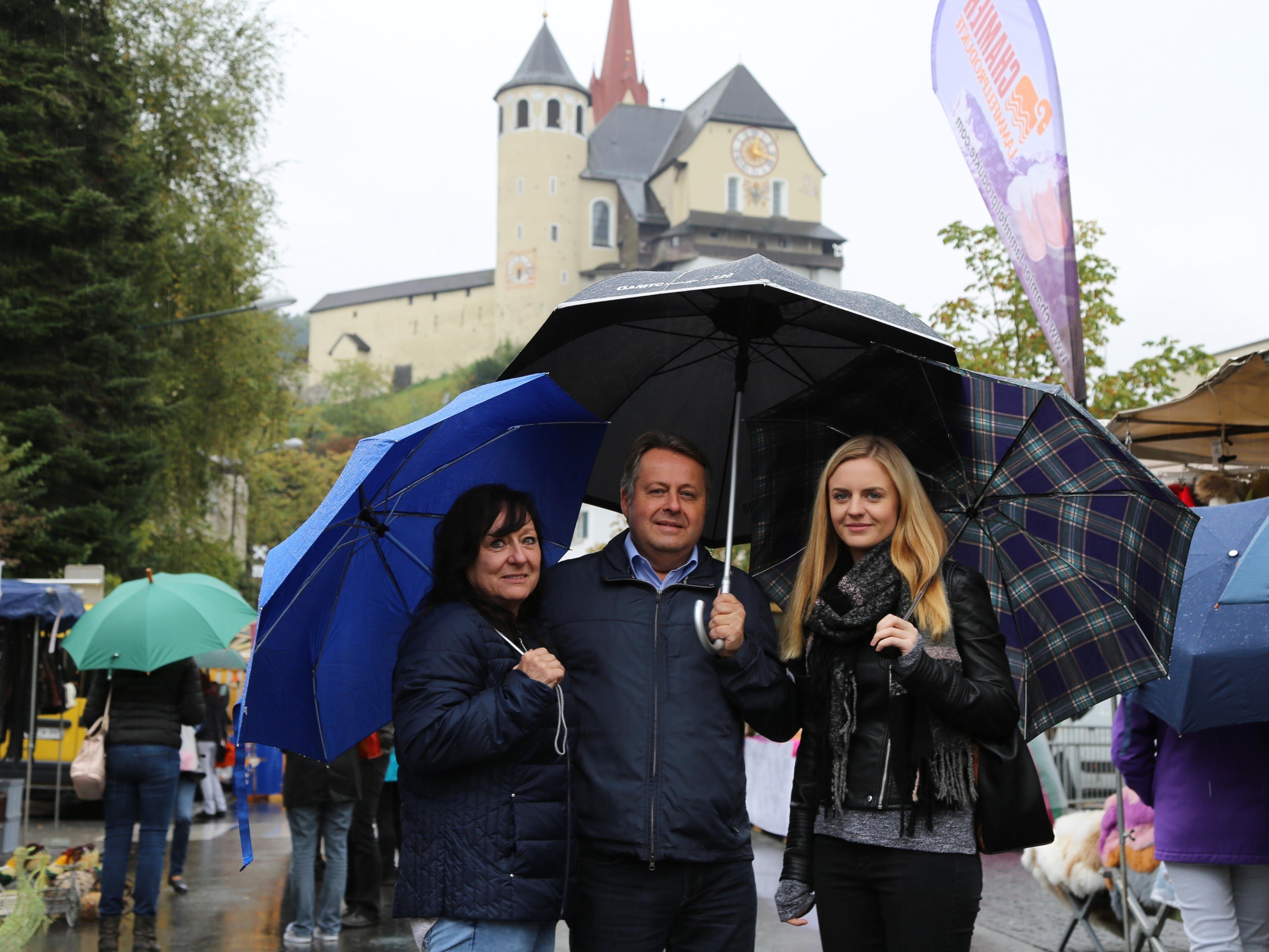 Gut eingepackt ging es zum Rankler Herbstmarkt: Manuela und Tina Strining mit Werner Pendl.