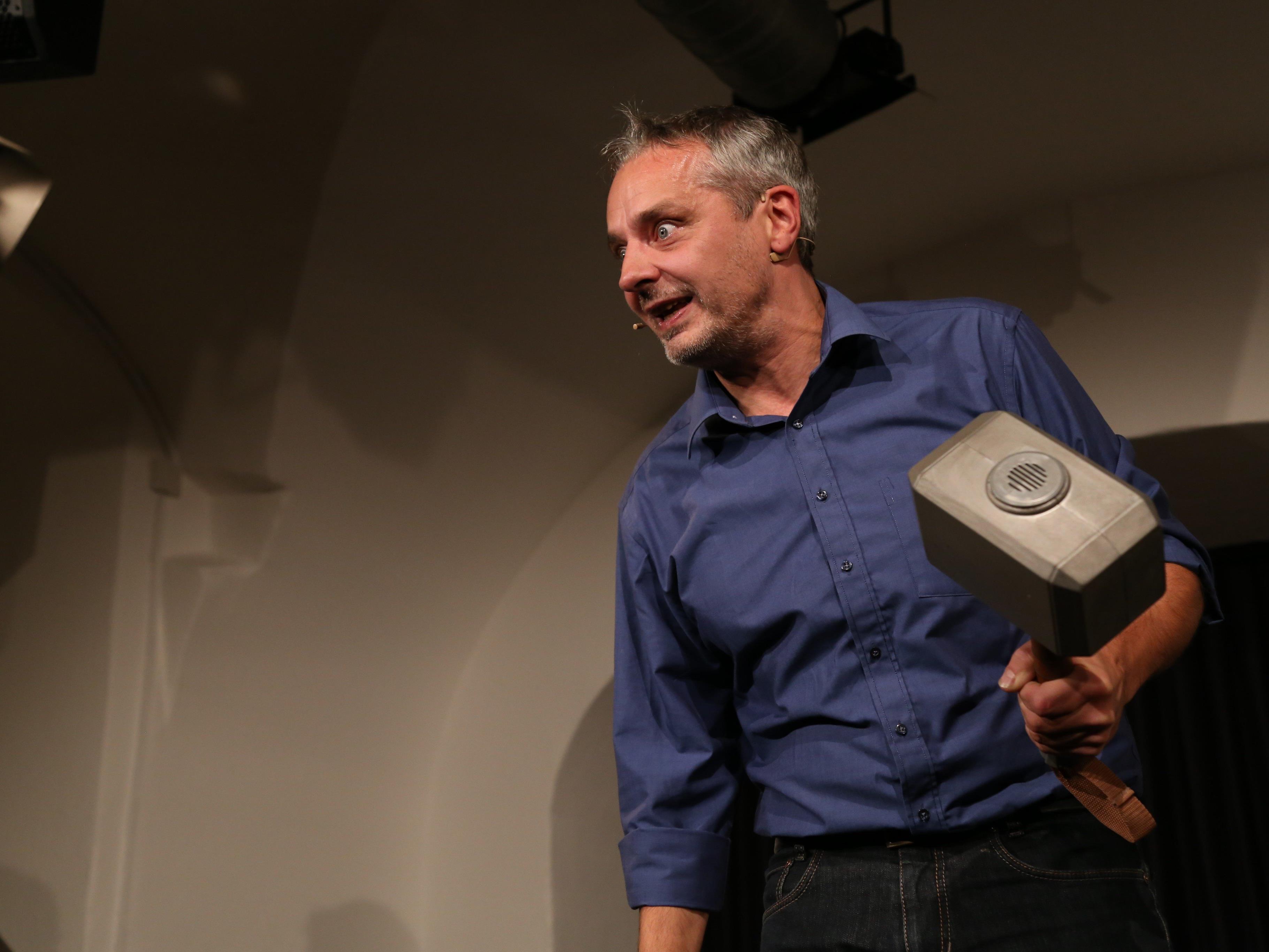 """Thomas Maurer zeigte mit seinem  """"Toleranzhammer"""" auf der Saumarkt-Bühne seine persönlichen """"Grenzen""""."""