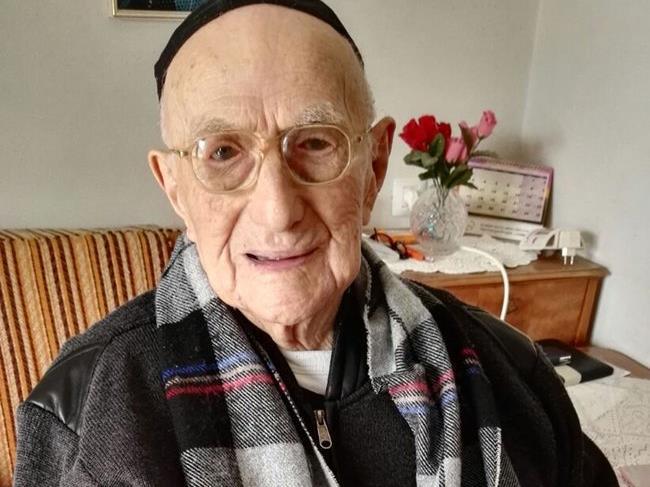 Der älteste Mann der Welt feiert mit 113 Jahren seine Bar Mizwa nach.