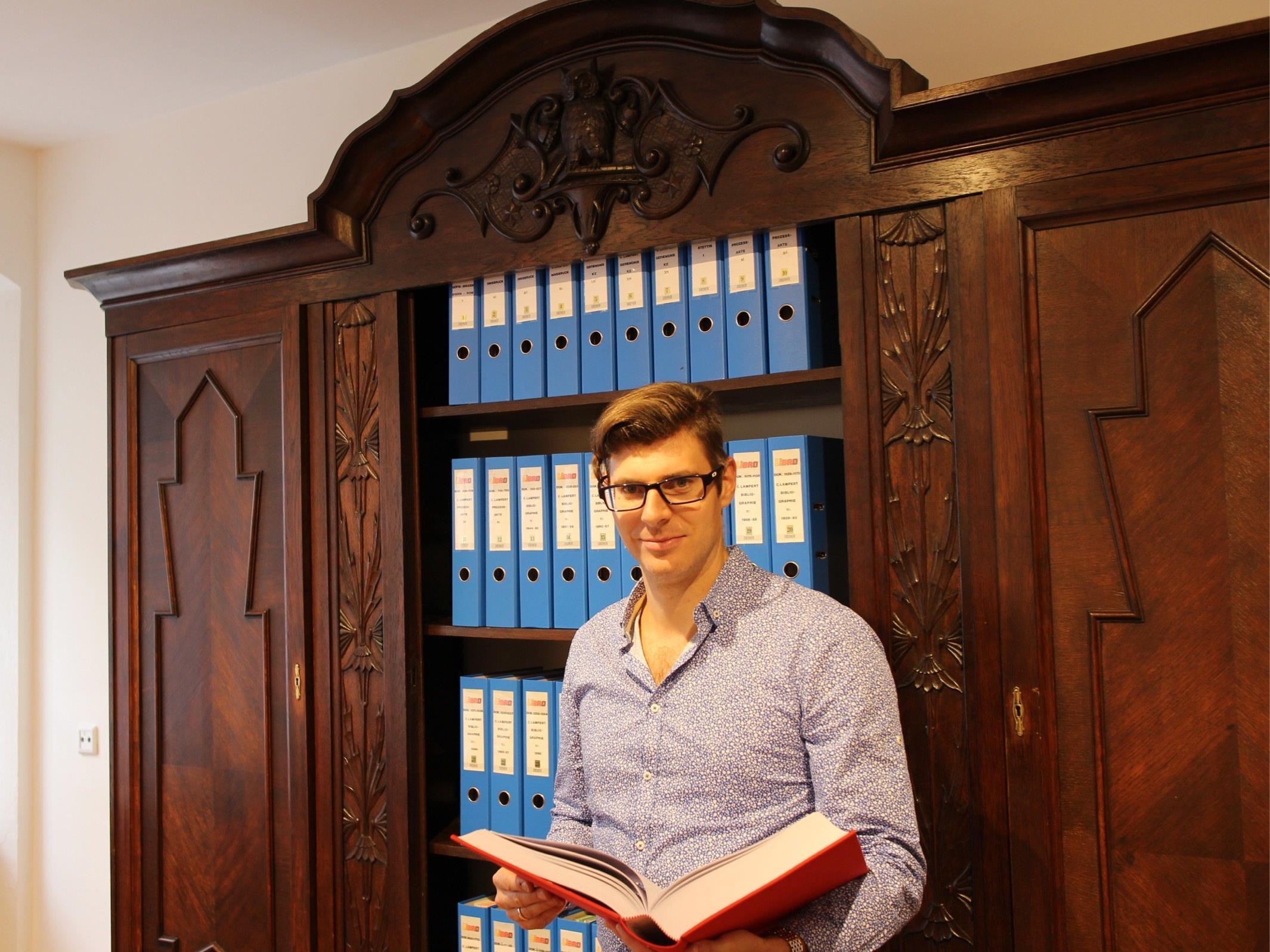 Diözesanarchivar Michael Fliri freut sich, dass nun in der Herrengasse 6 ein eigenes Carl Lampert Archiv Platz finden kann.