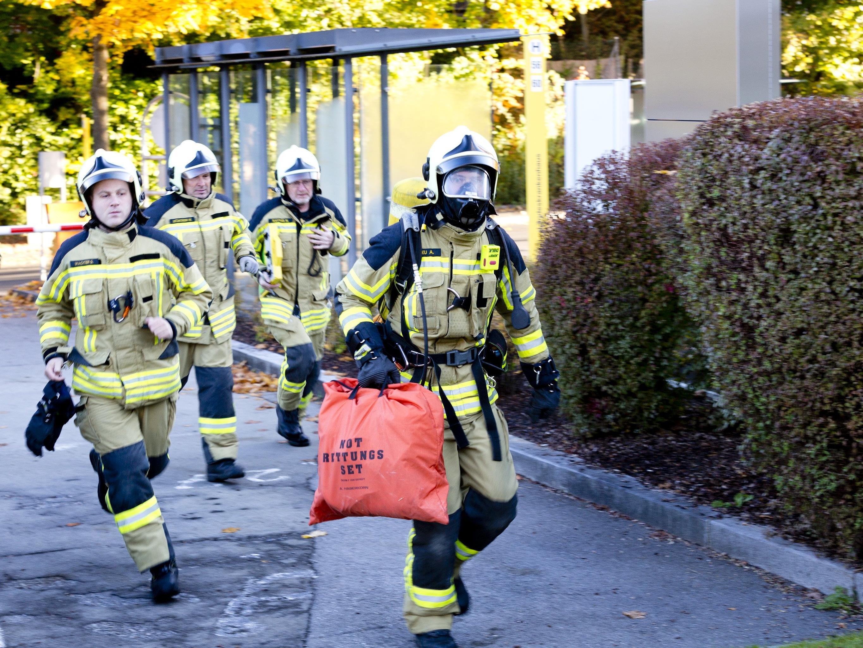 Zum Glück nur eine Übung: Feuerwehrmänner stürmen ins LKH Feldkirch.