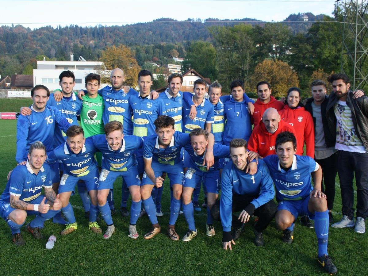 Ein volles Haus und beste Fußballstimmung: Die Kampfmannschaft des SV Typico Lochau mit Cheftrainer Aydin Akdeniz will auch am Samstag nach einem Sieg über Koblach wieder jubeln.