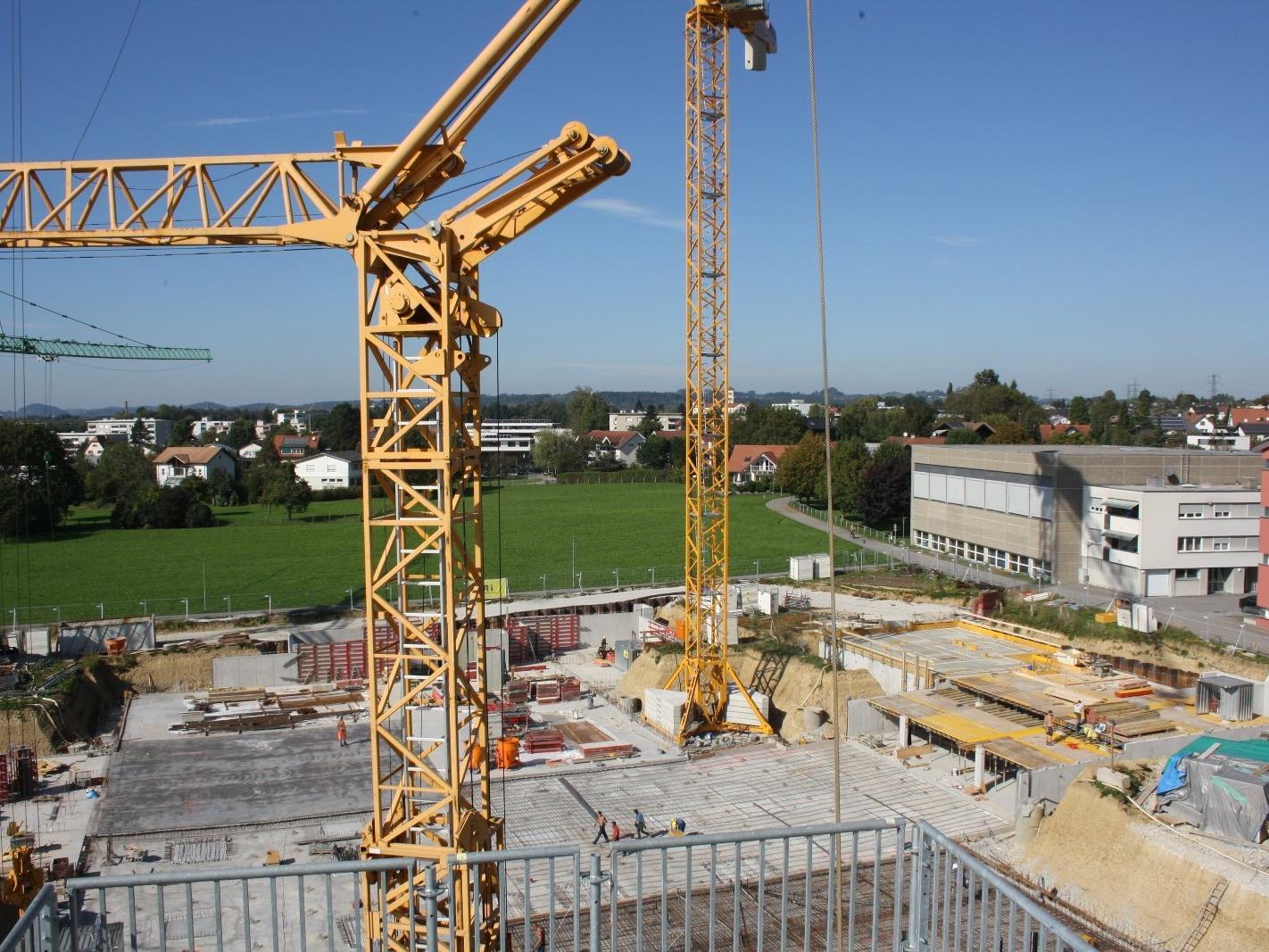 """Die zahlreichen Zaungäste können es bestätigen: Auf dem ehemaligen Rupp-Areal gehen die Arbeiten für das neue Wohnquartier """"Mein Seedomizil"""" bestens voran."""