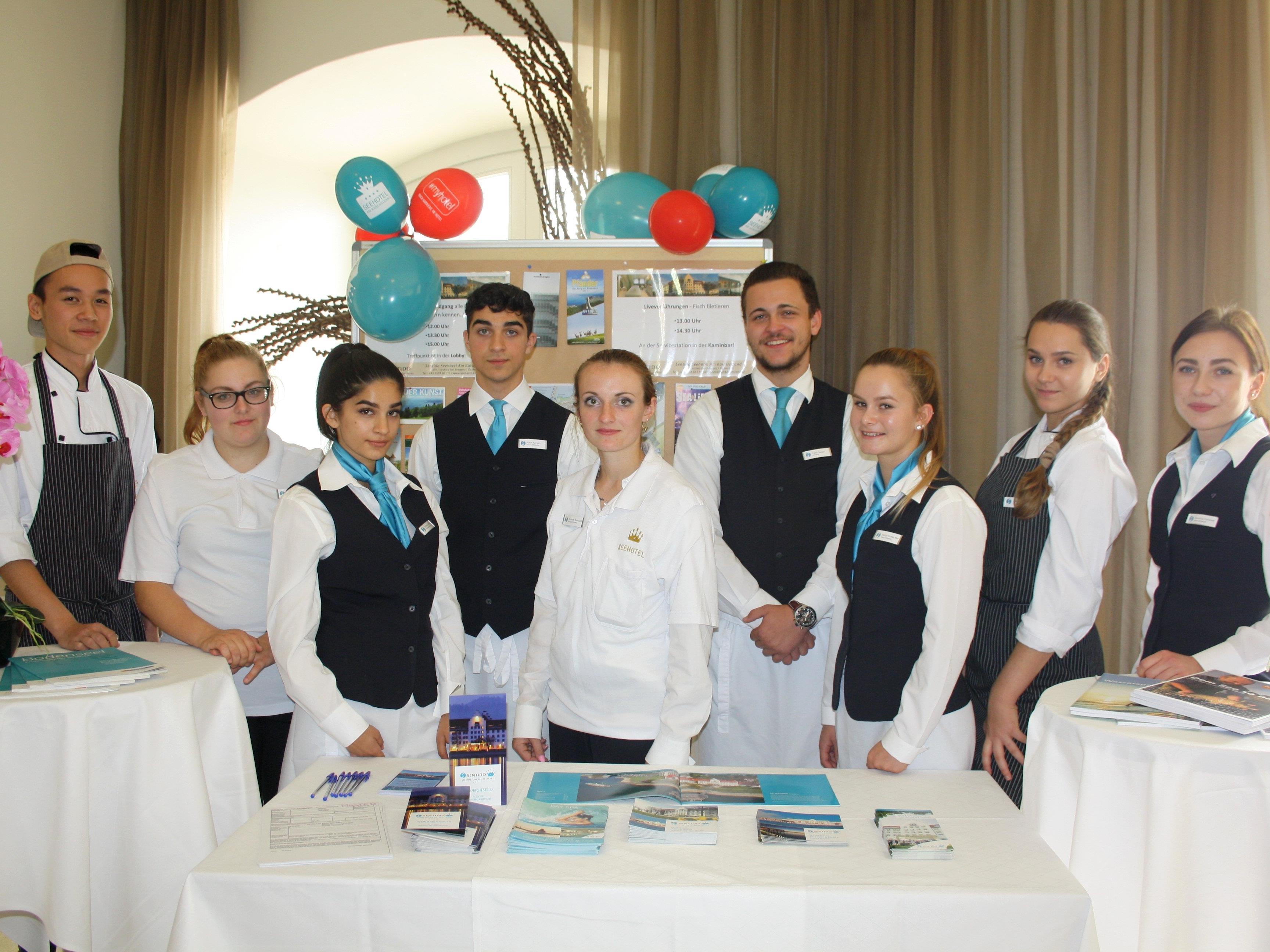 """Beim """"Tag der offenen Hoteltür"""" informierten im Speziellen die Lehrlinge des Sentido Seehotel Am Kaiserstrand über die Berufsausbildungsmöglichkeiten und die Tätigkeiten in der Hotellerie"""