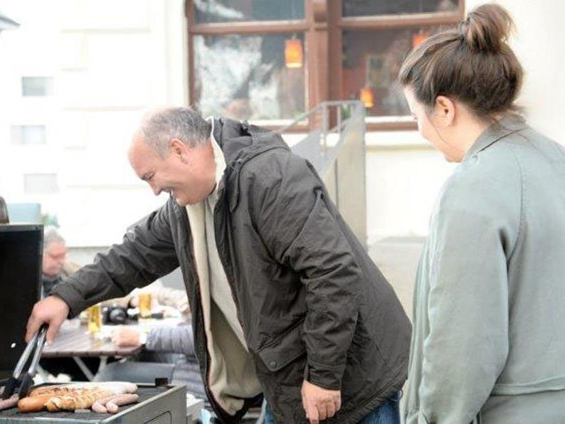 Grillmeister Manfred Fetz mit Assistentin Claudia Kees.