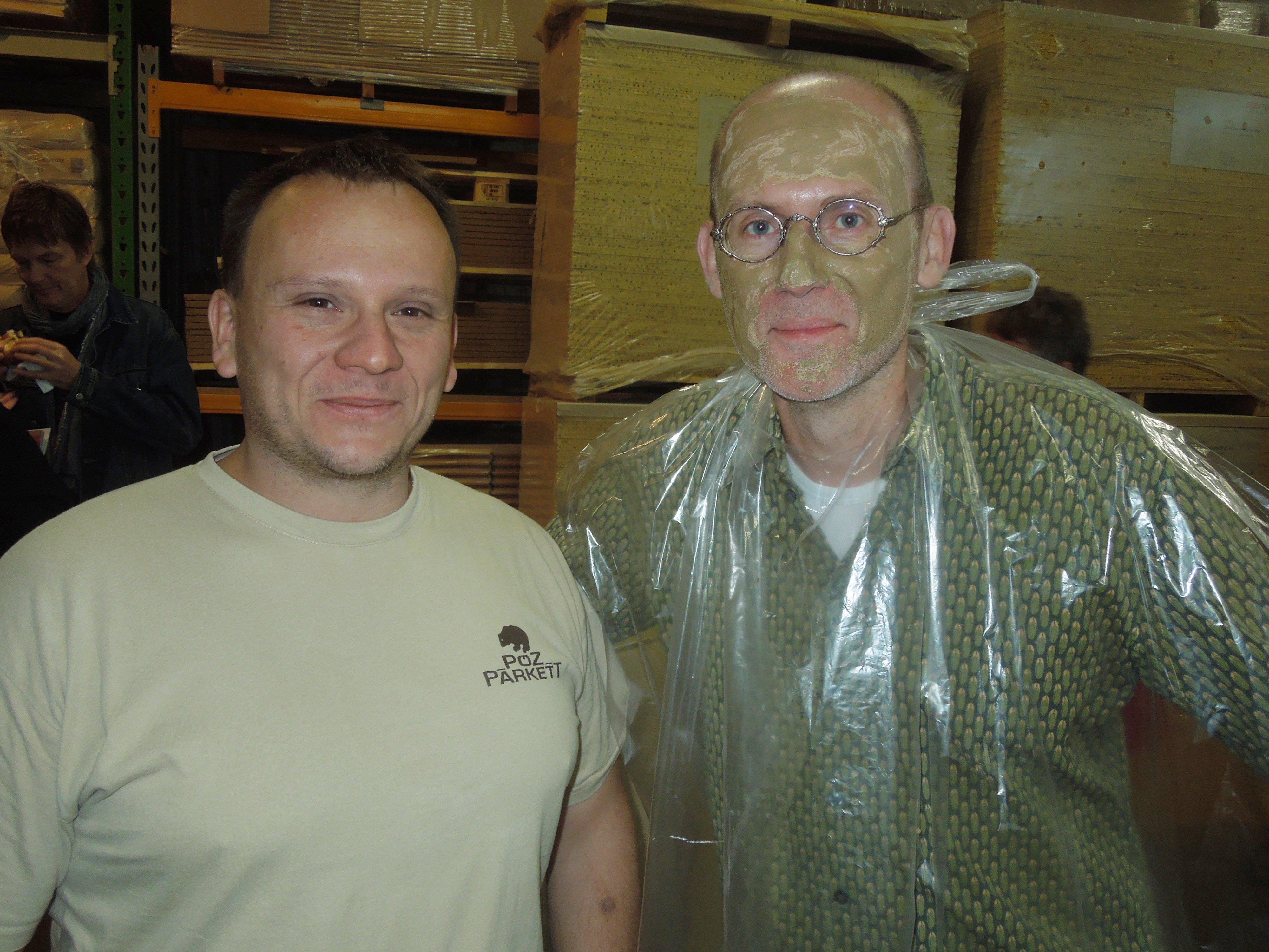 PÖZ-GF Alex Loretter mit Franz Kuttelwascher, der gleich eindrücklich demonstrierte was Lehm so alles kann.