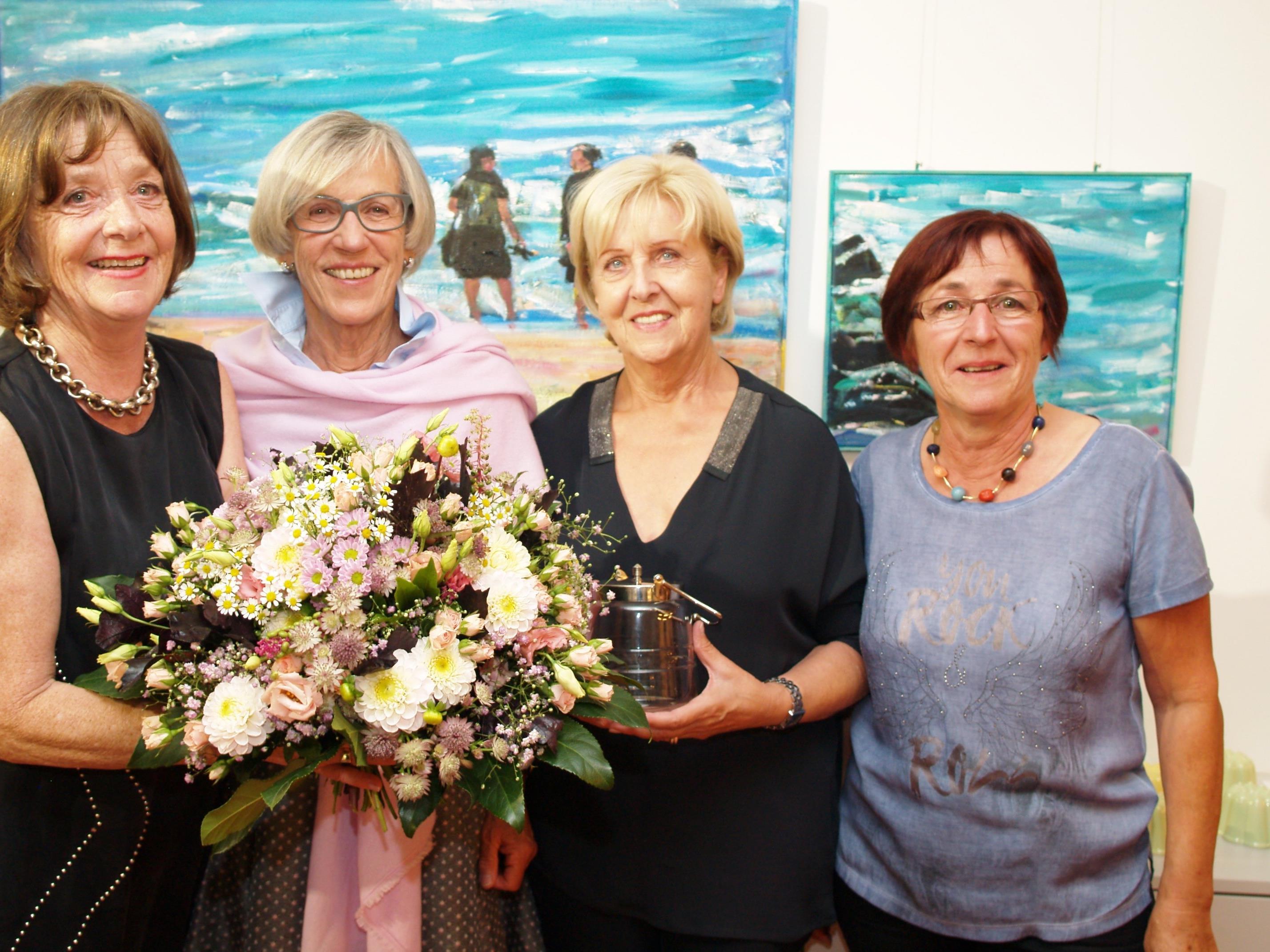 """""""Die herbstzeitlosen"""" Annelies Scherrer, Margit Fleisch und Brigitte Mathis mit Dorle Wehinger bei der Eröffnungsfeier."""