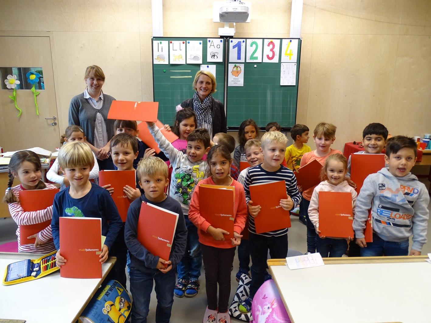 An der Volksschule Herrenried wurden insgesamt 65 Schüler–Startpaket an die Erstklässler verteilt.