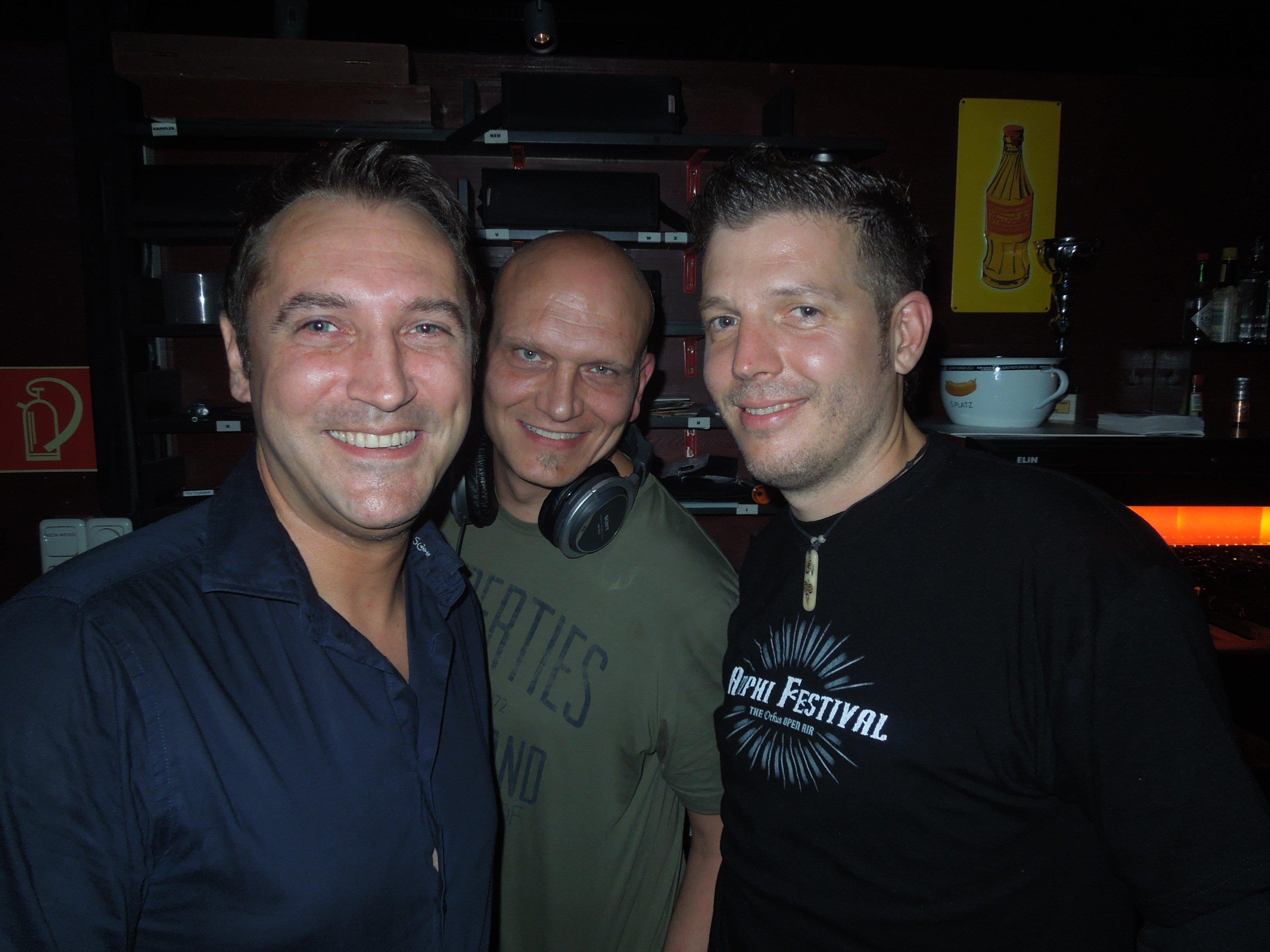 Alex, DJ Mc Mode und Mutsch vom pop & wave Team stehen bereits in den Startlöchern für die nächste legendäre Partynacht.