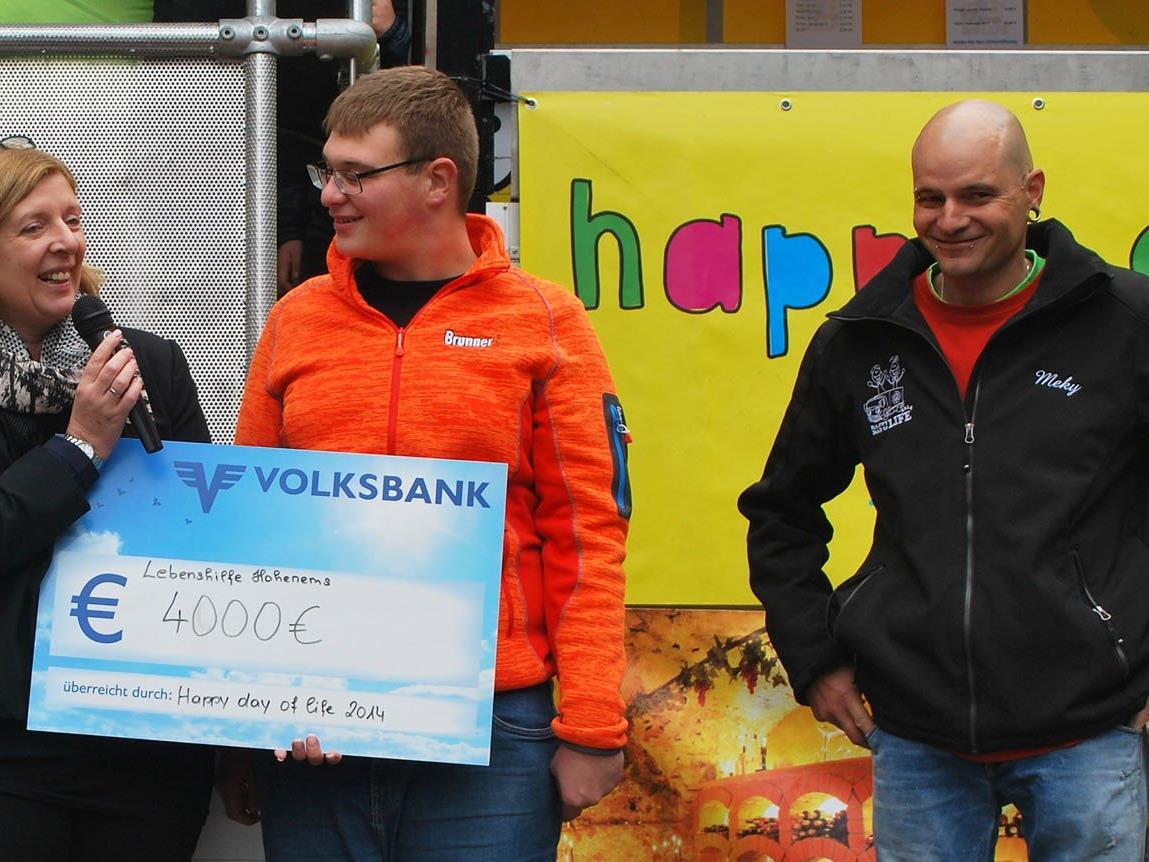Birgit Loacker und Fabian Winkler freuten sich über die Spende von Markus Hörmann (r.) und seinem Team.