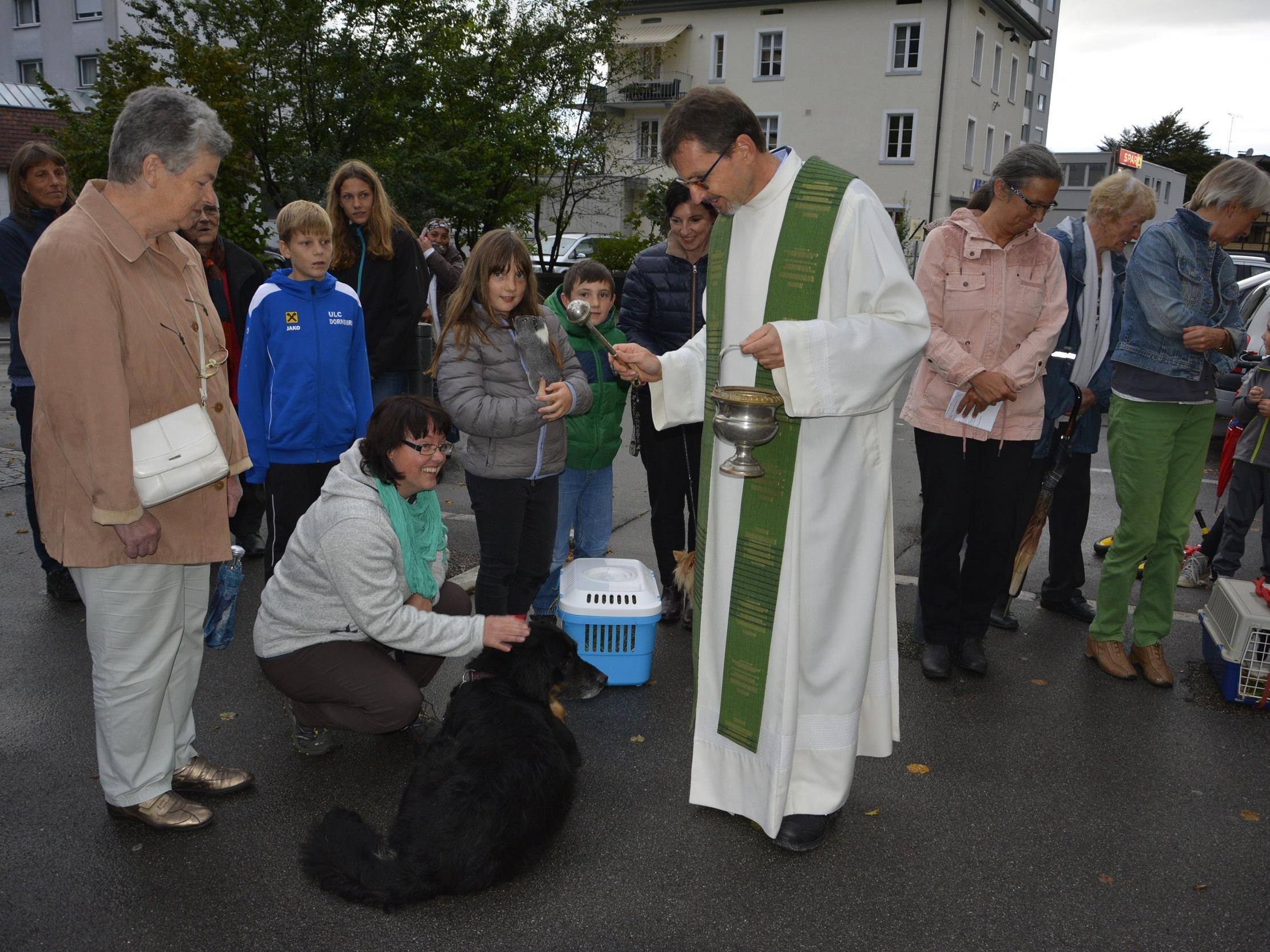 Im Hinblick auf den Welttierschutztag am 4. Oktober fand im Hatlerdorf eine Segnung für Tiere statt.
