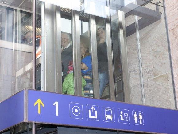 nachdem am Sonntag zum zweiten Mal binnen weniger Tage Personen in einem Aufzug fest saßen, beraten Stadt und ÖBB nun über Maßnahmen.