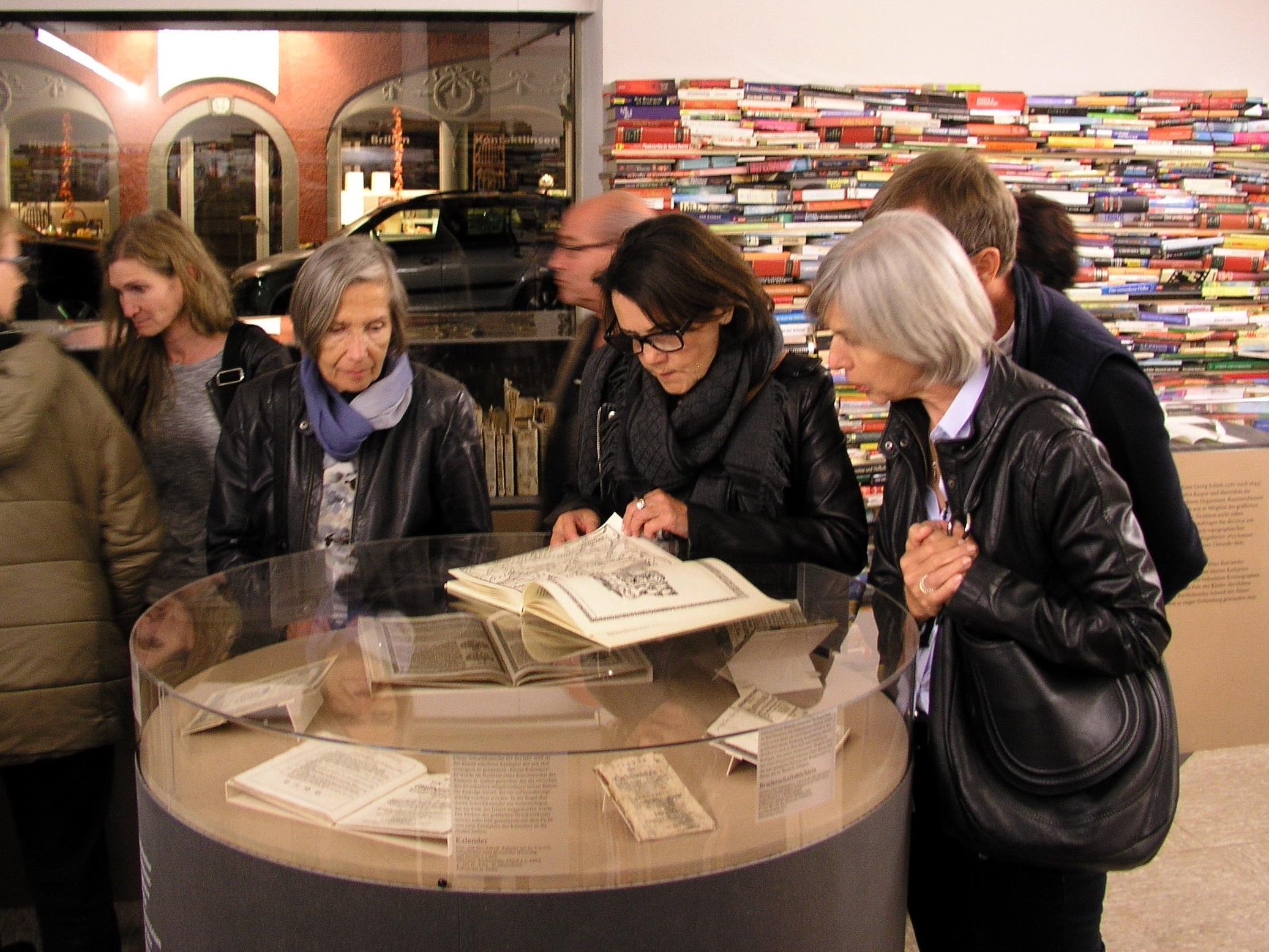 Interessiert schmökern die Besucher/innen in der Emser Chronik.
