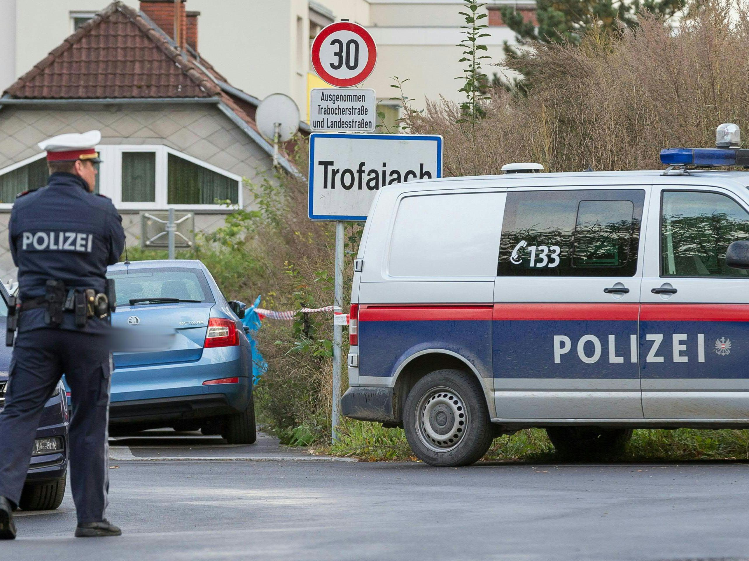 Polizeikräfte in Trofaiach in der Steiermark wo die Leichen der Opfer gefunden wurden