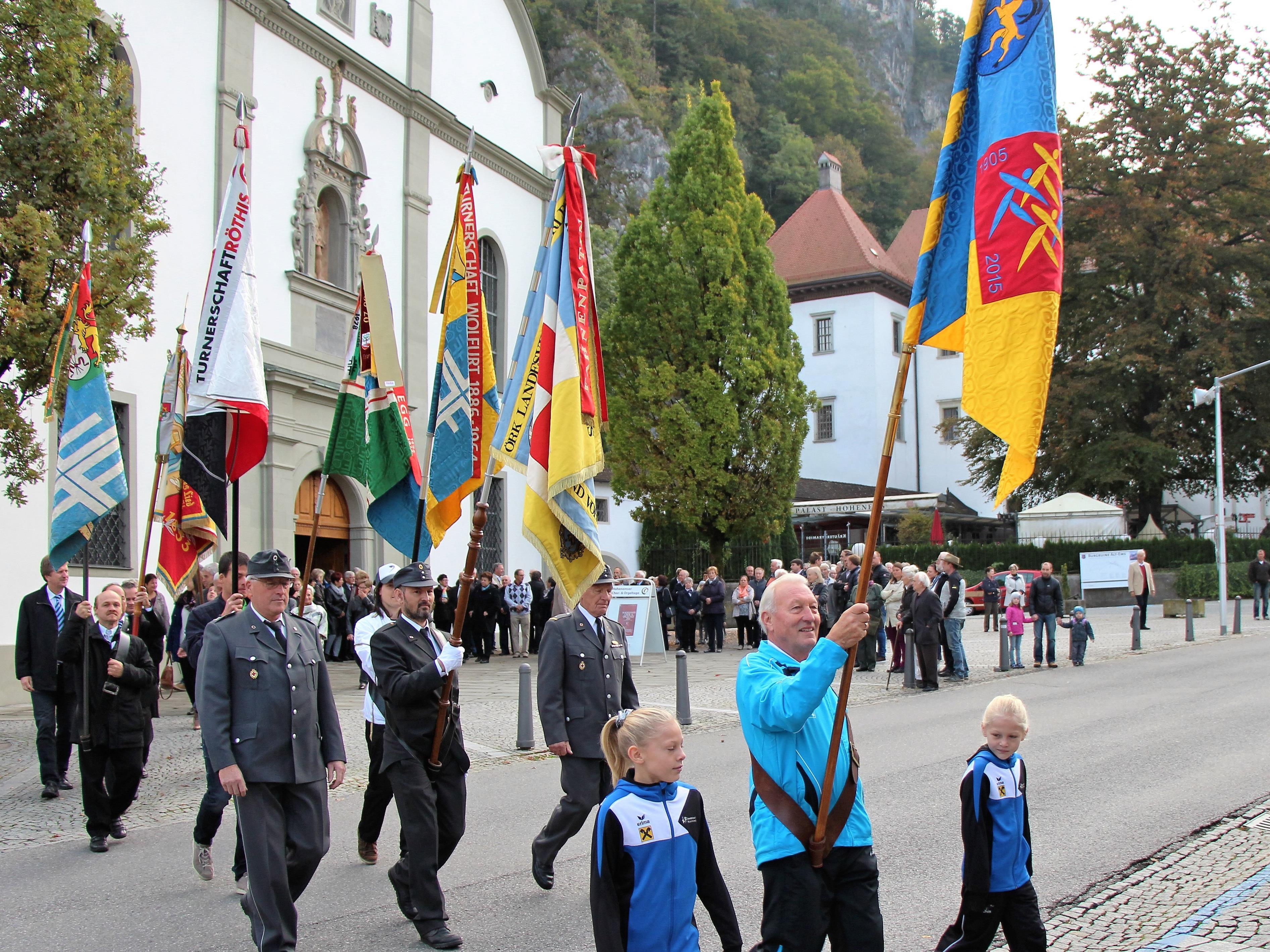 Buntes Farbenspiel auf dem Weg von der Pfarrkirche St. Karl zum Pfarrsaal