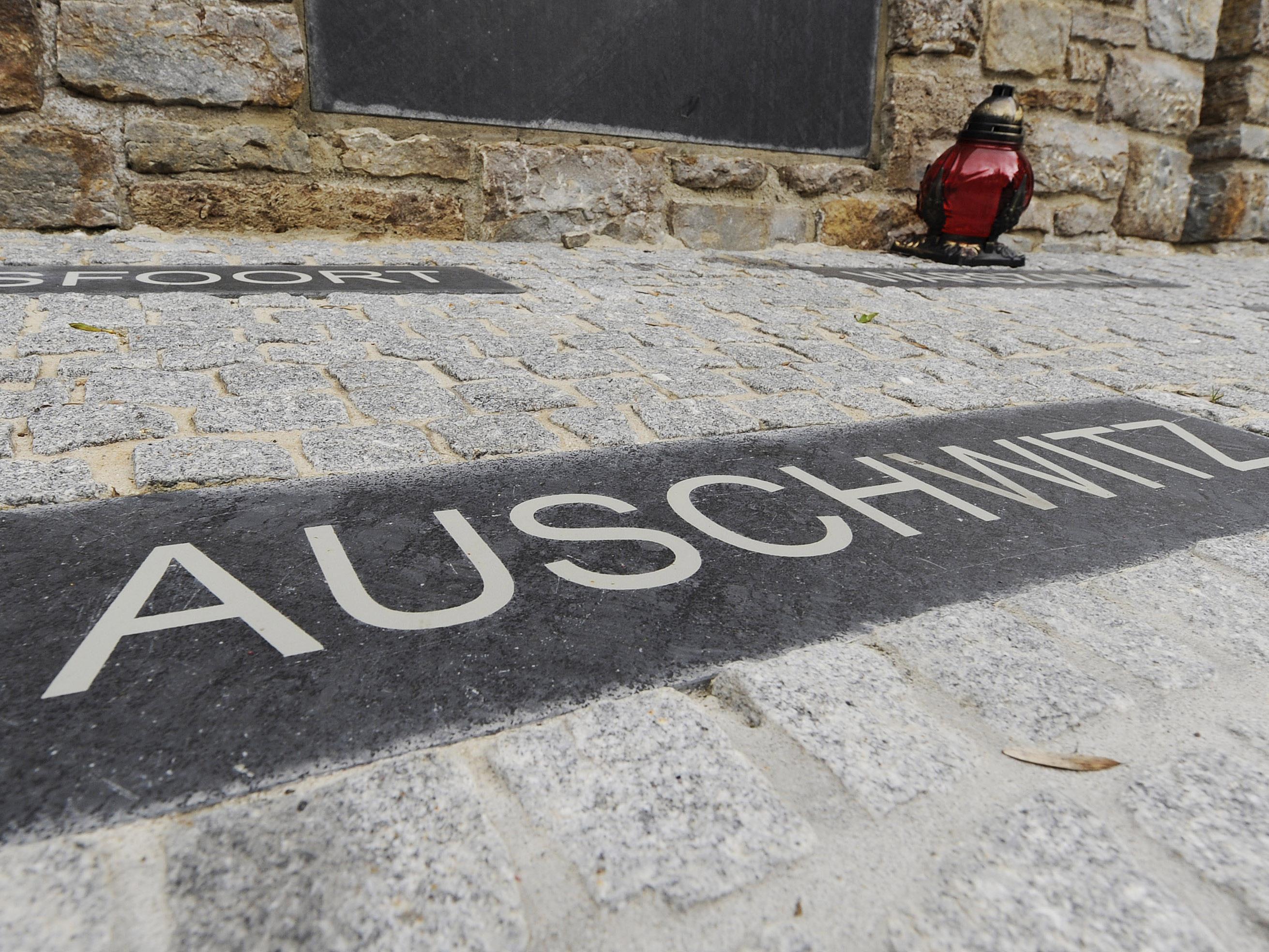 """Aufschrift des """"Kleinen Lager""""-Denkmals im Buchenland, in der Nähe von Weimar."""