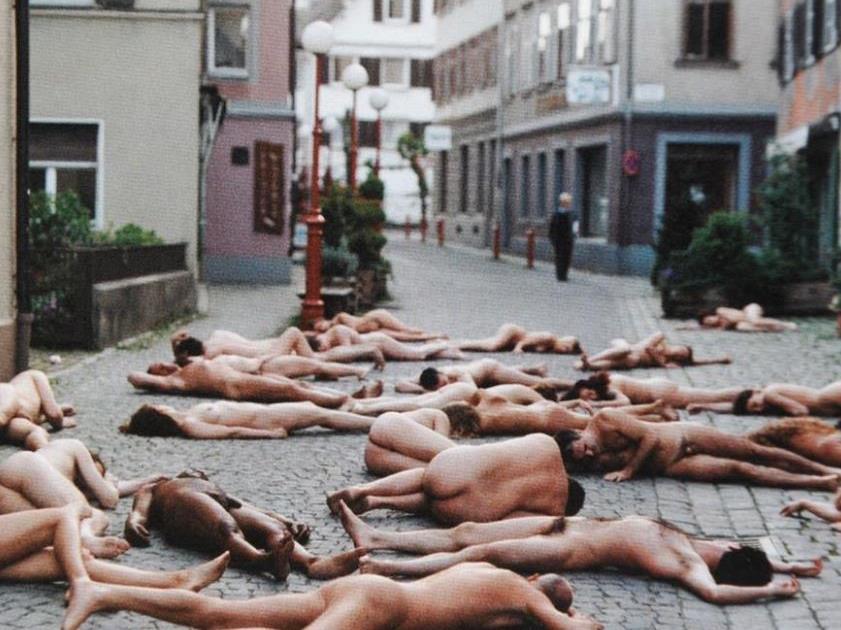 Frauen nackt auf der straße