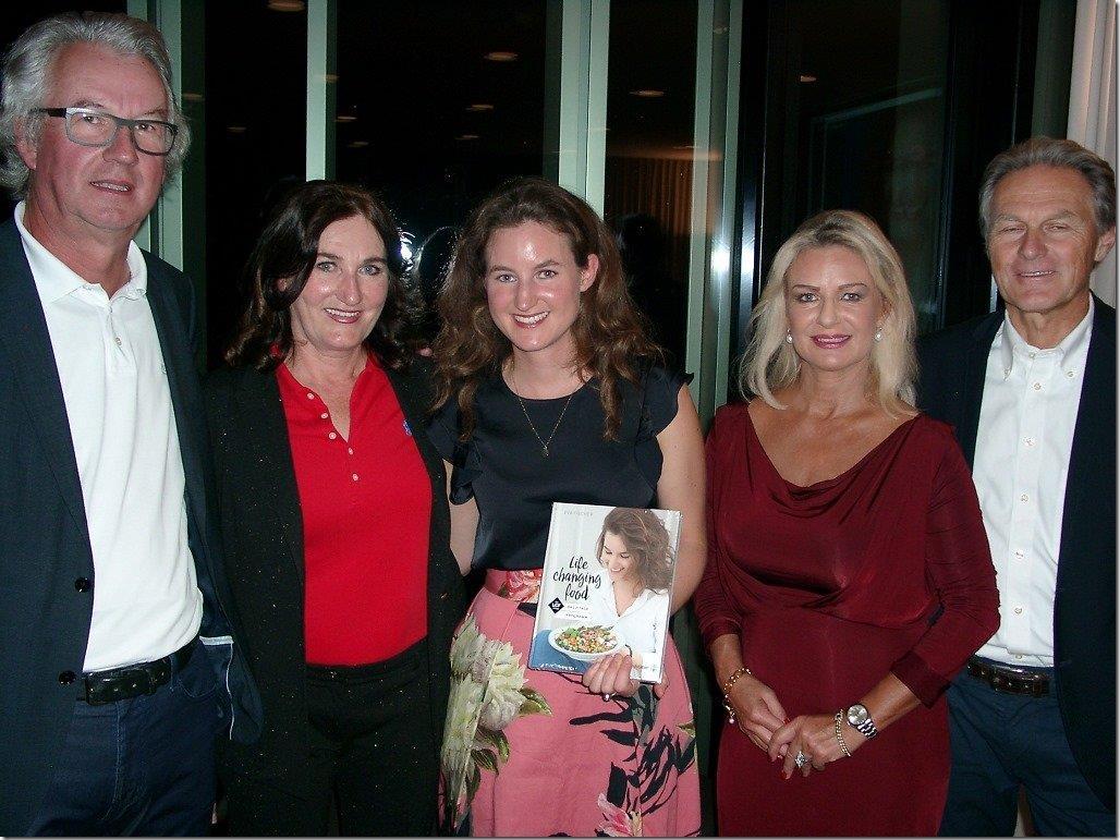 Eva Fischer (Mitte) präsentierte in seiner Heimatstadt ihr erstes Kochbuch