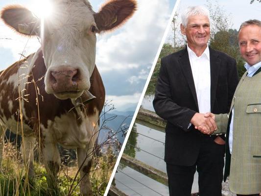 Gemeinsam für die Vermarktung von Heumilch: Walter Münger, Präsident der Heumilch Schweiz und Karl Neuhofer, Obmann der ARGE Heumilch Österreich haben den Kooperationsvertrag unterzeichnet.