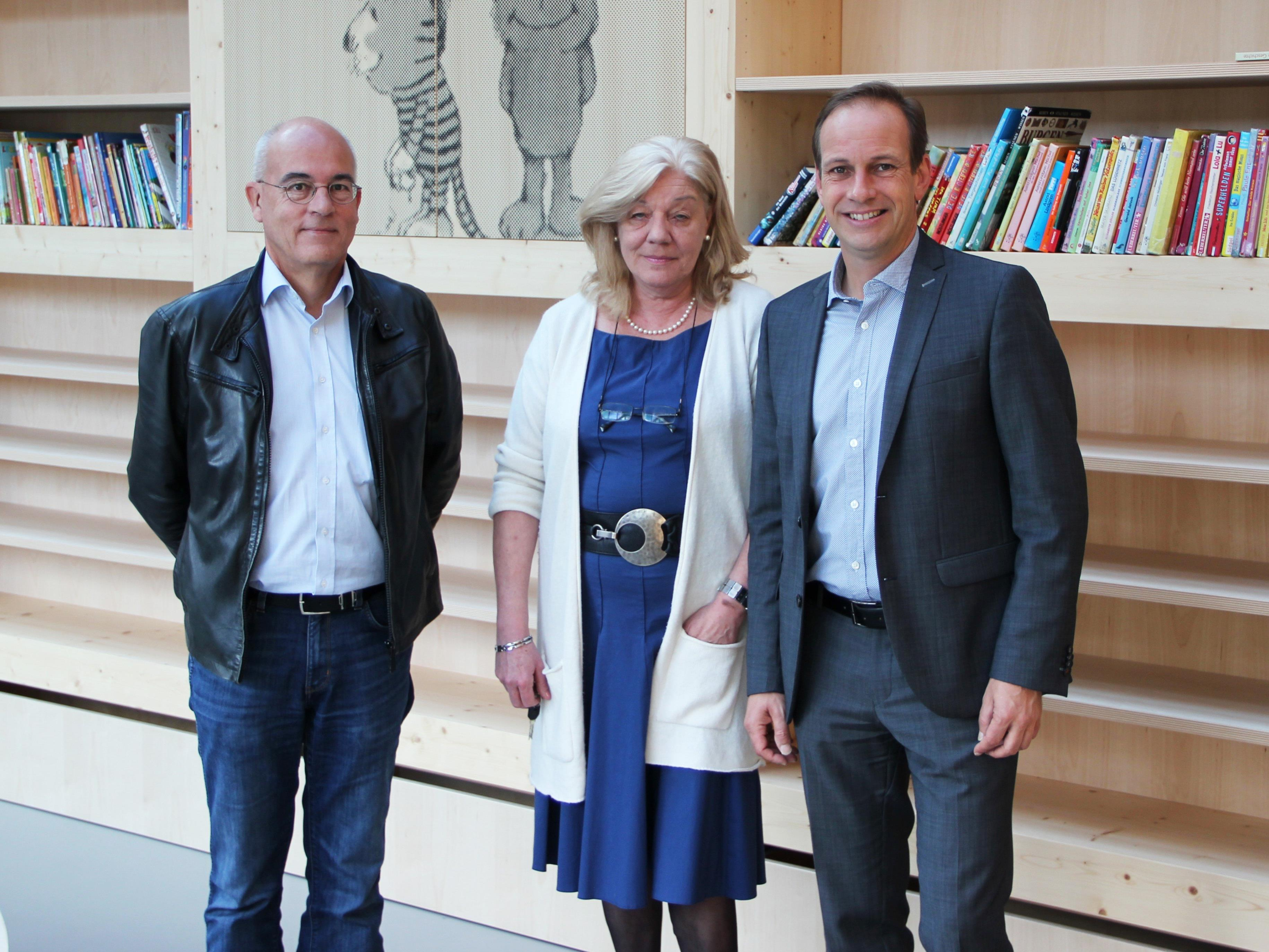 v. l. DI Markus Heinzle, Direktorin Ulrike Fleisch, Bürgermeister Dieter Egger