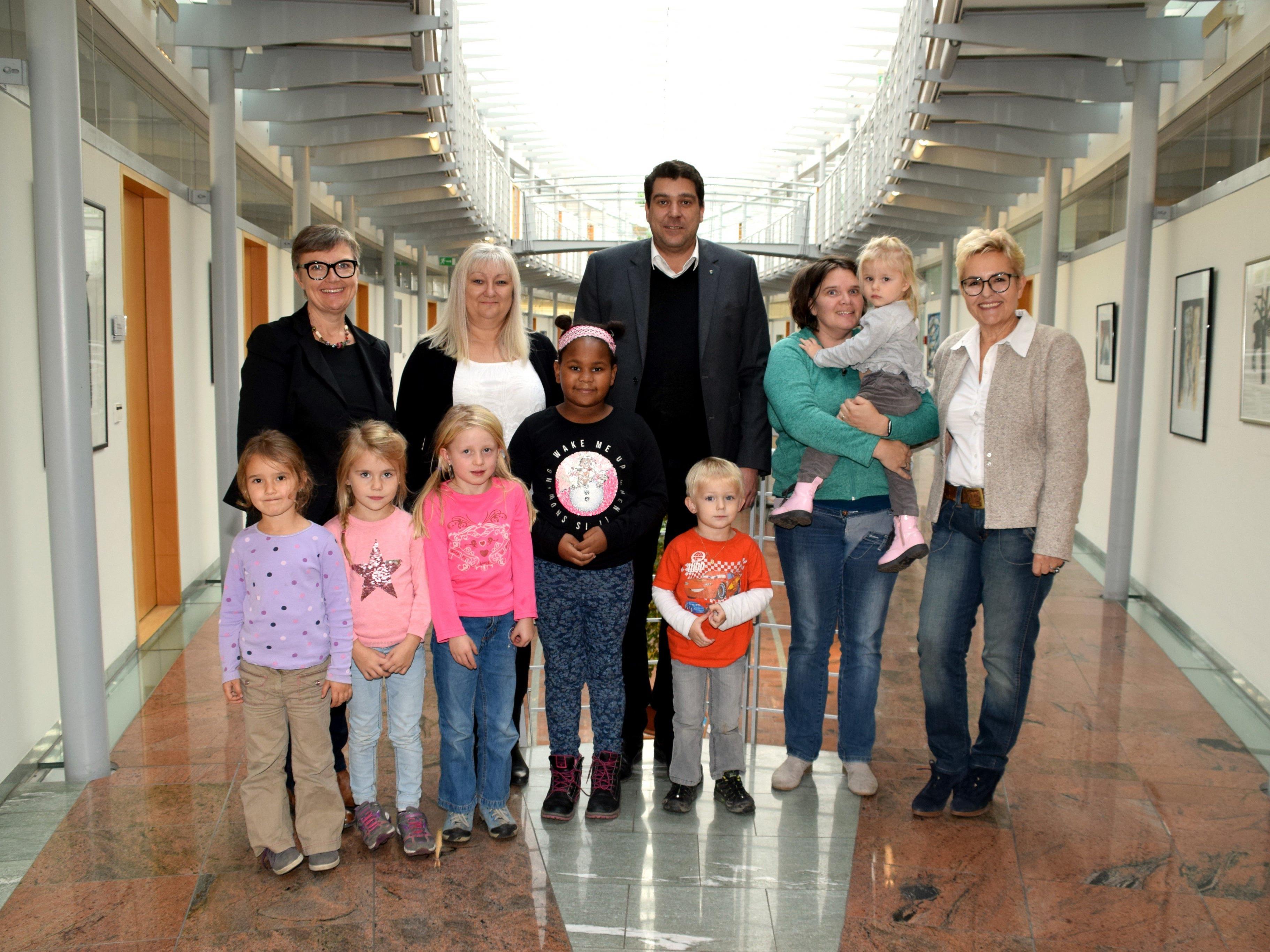 Bürgermeister Harald Köhlmeier freute sich über den Besuch der Tagesmütter und Kinder.