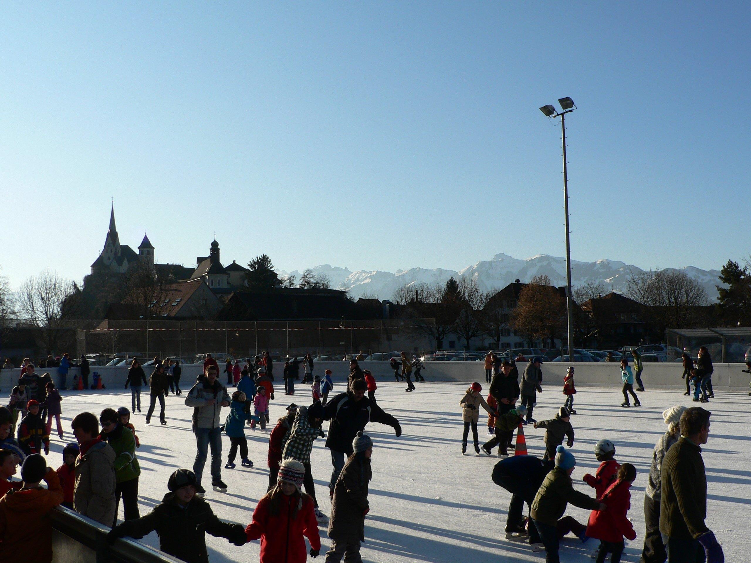Eislaufen auf dem Eislaufplatz im Winter in Rankweil