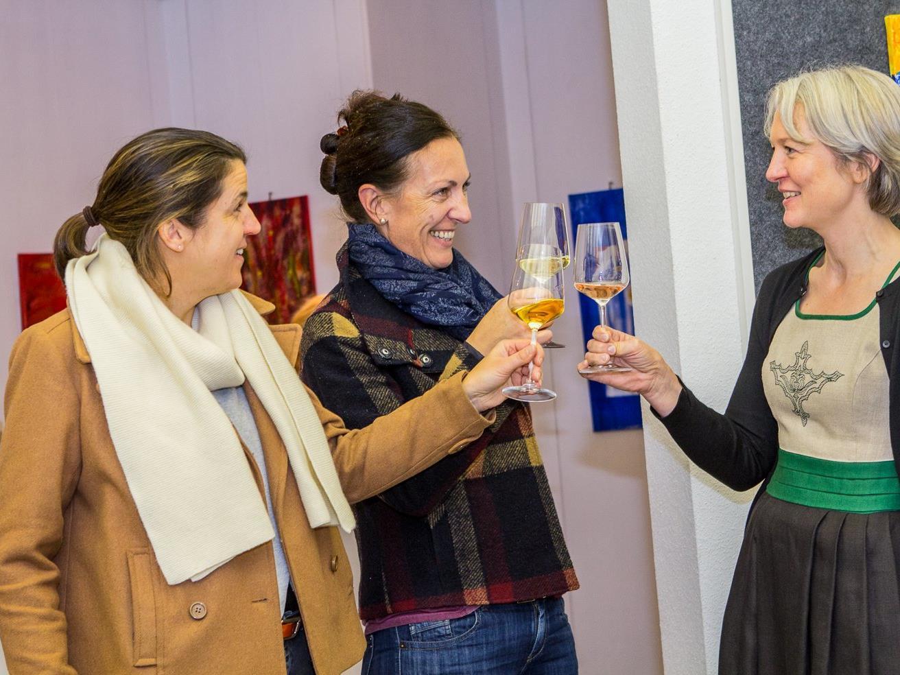 Die Besucher genossen Wein und Kunst und informierten sich über die Machart des Amphorneweines