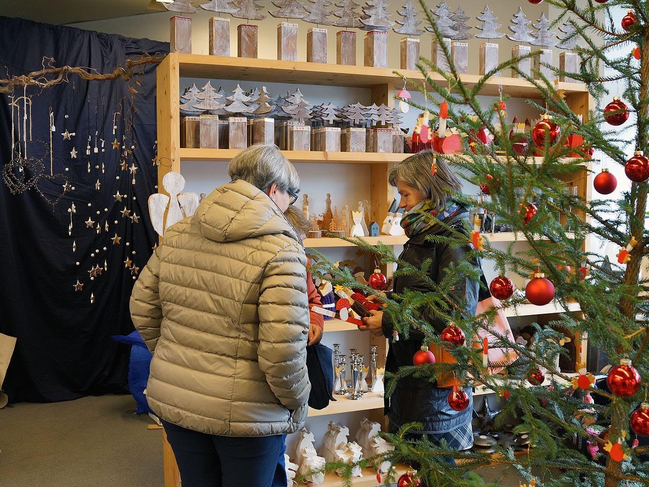Das lebens.ART-Geschäft bietet handgefertigte Dekorations- und Geschenksideen für Weihnachten.