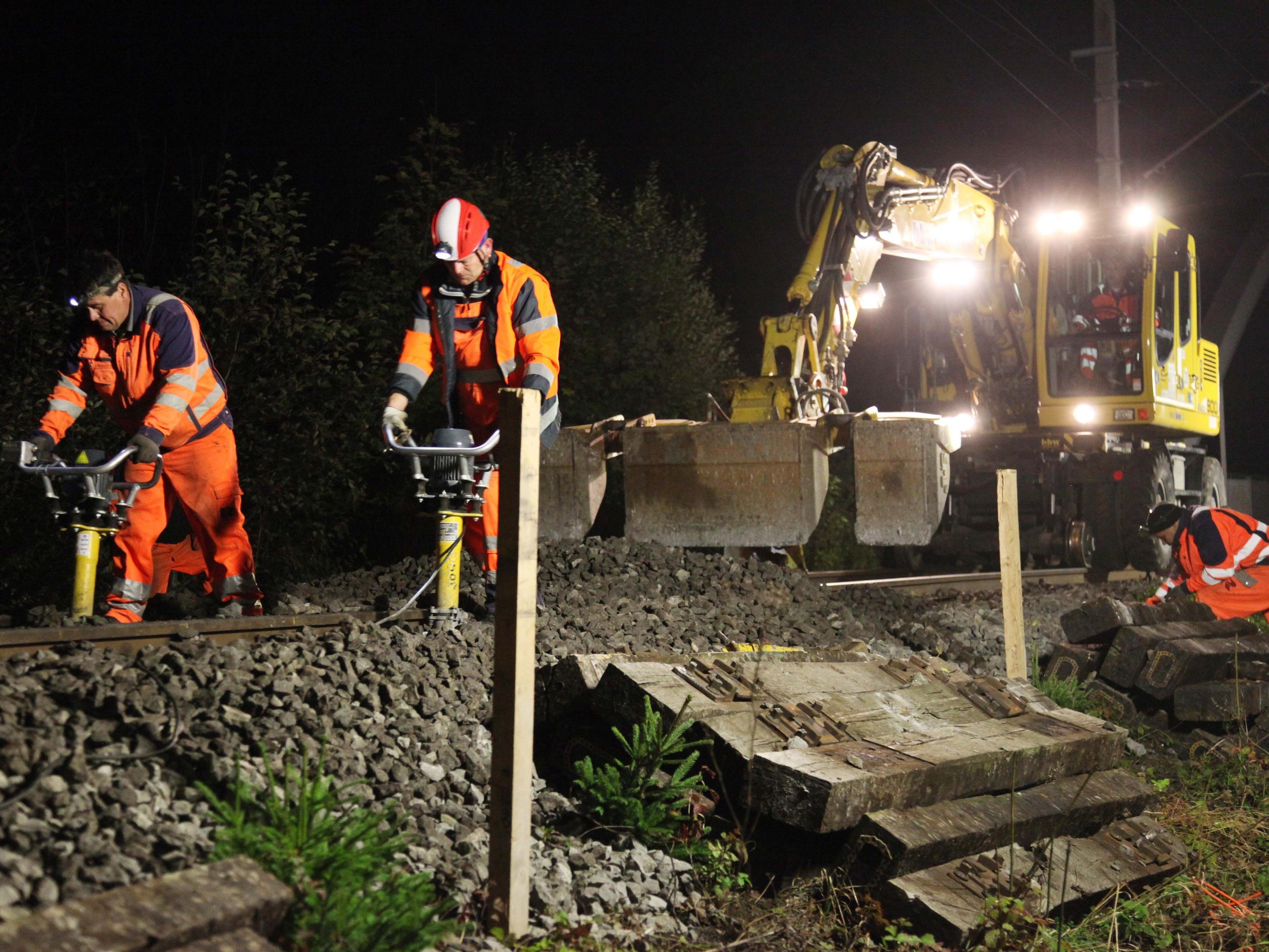 Nächtlicher Einsatz auf den Gleisen der Montafonerbahn für noch mehr Sicherheit entlang der Bahnlinie.