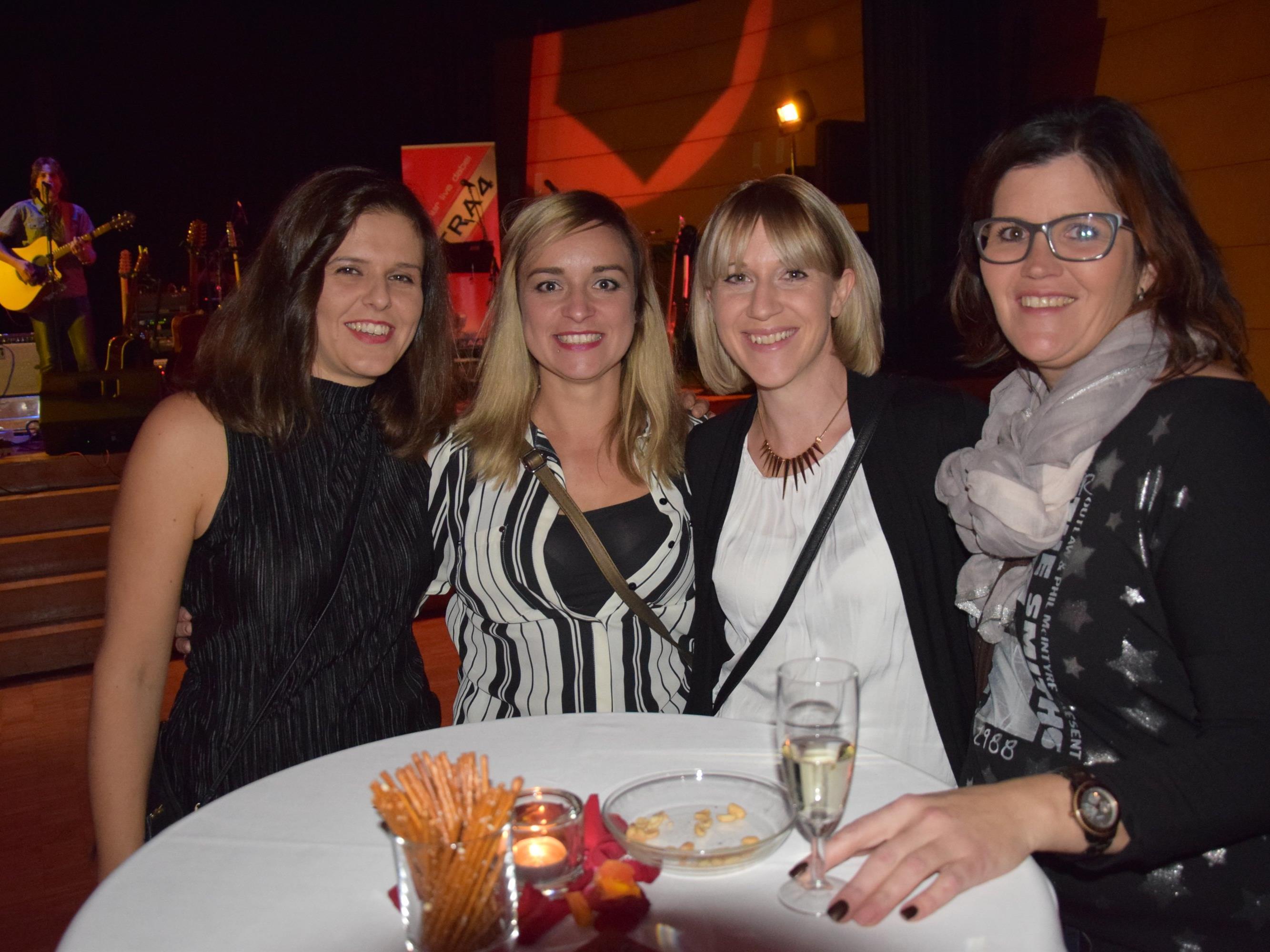 Auch Viola, Manuela, Rafaela und Stefanie feierten die letzte UE40 Party....