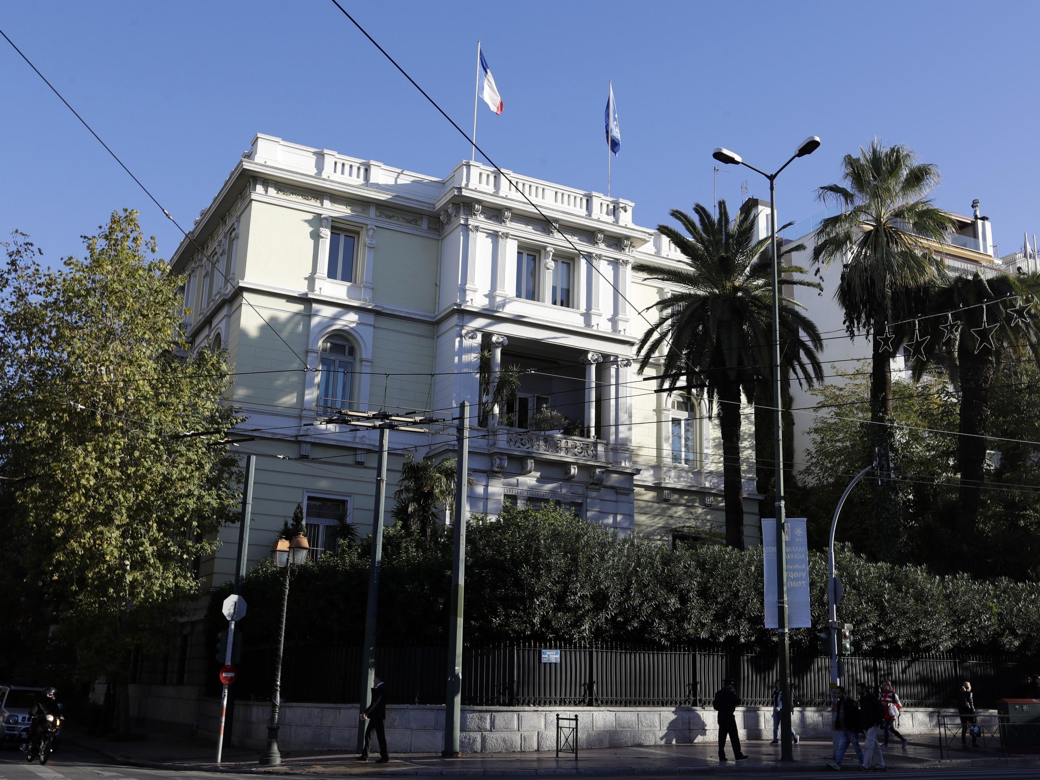 Auf die französische Botschaft in der griechischen Hauptstadt wurde eine Handgranate geschleudert. Ein Polizist wurde leicht verletzt.