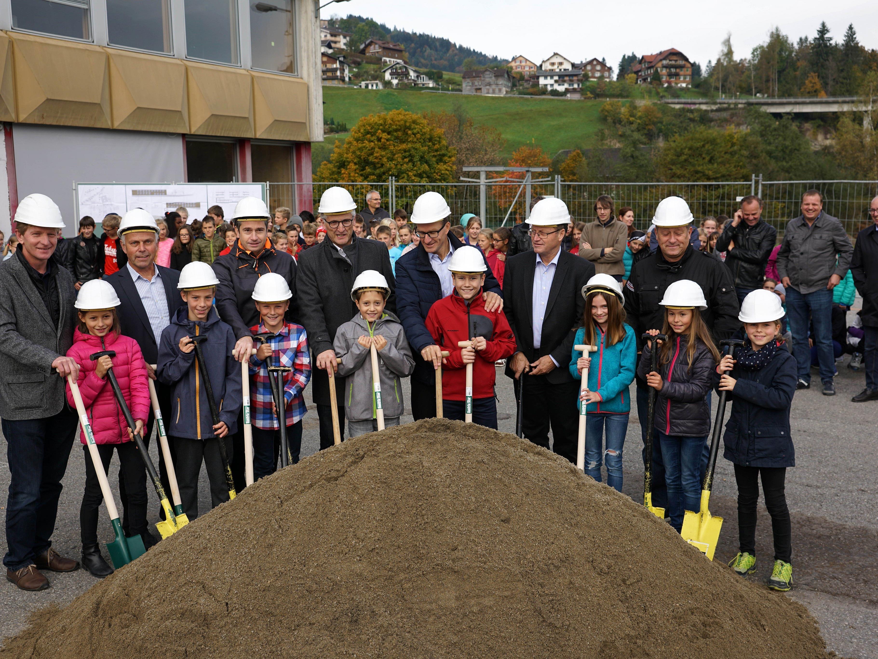 Die Schüler haben gemeinsam mit den Gemeindeverantwortlichen die Spaten gesetzt und freuen sich auf die neue Mittelschule.