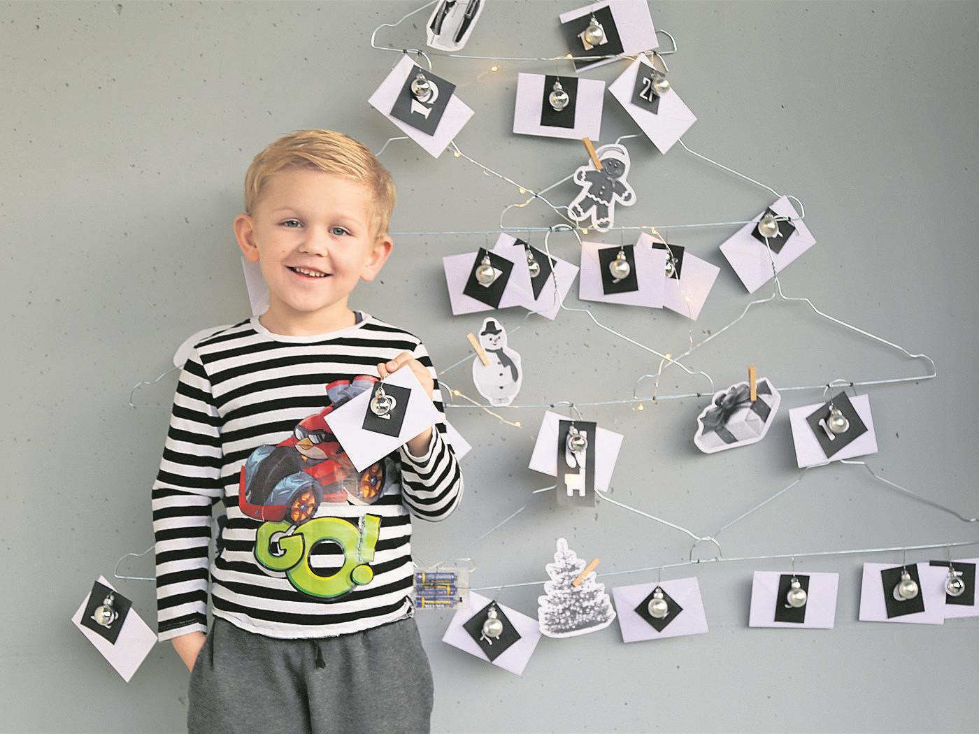 Jason Durell zeigt stolz seinen selbst gebastelten Adventkalender.