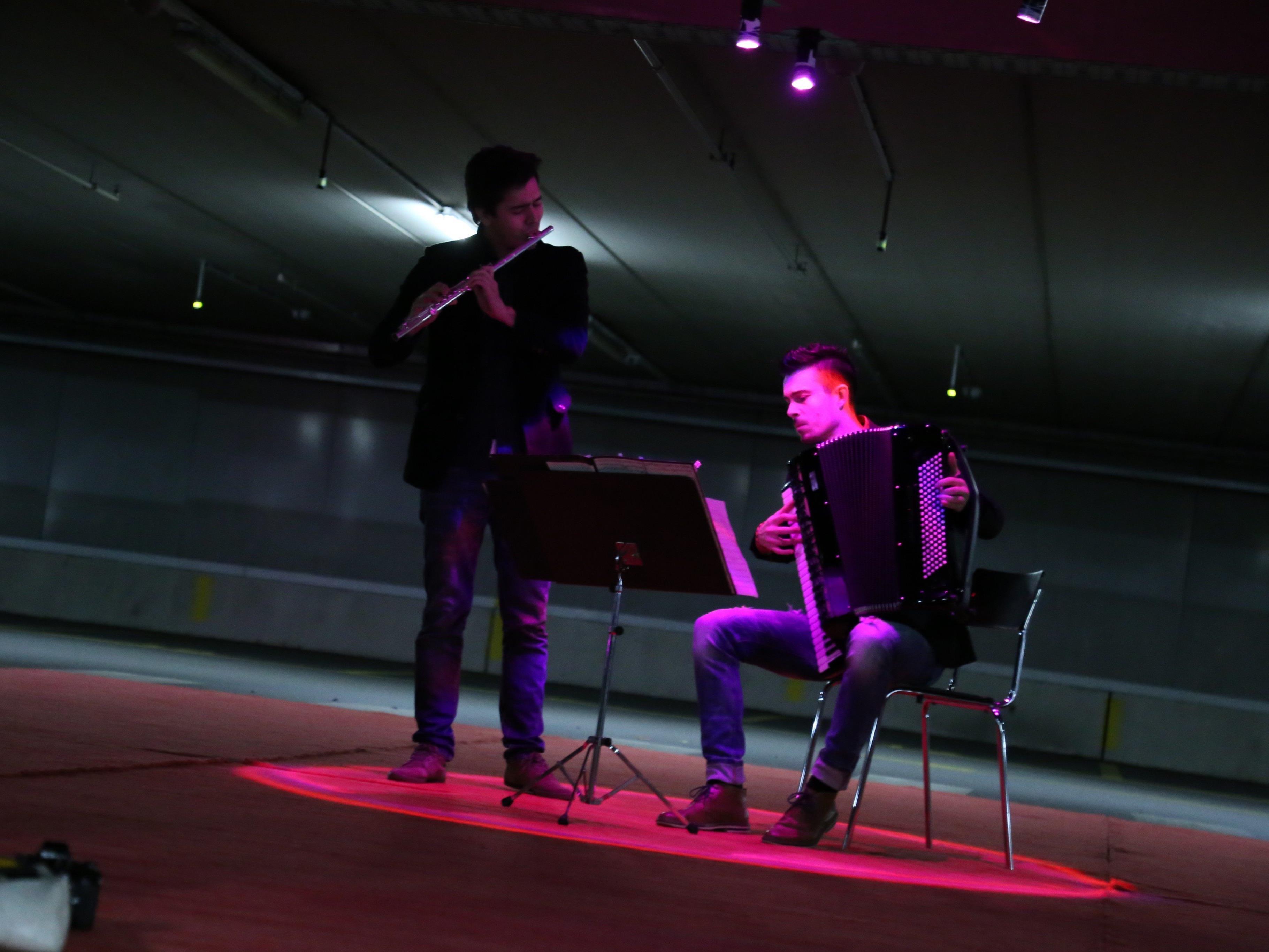 """""""Das Kollektiv"""" mit Raphael Brunner (Akkordeon) und Juan Carlos Díaz (Querflöte) belebte die Tiefgarage."""