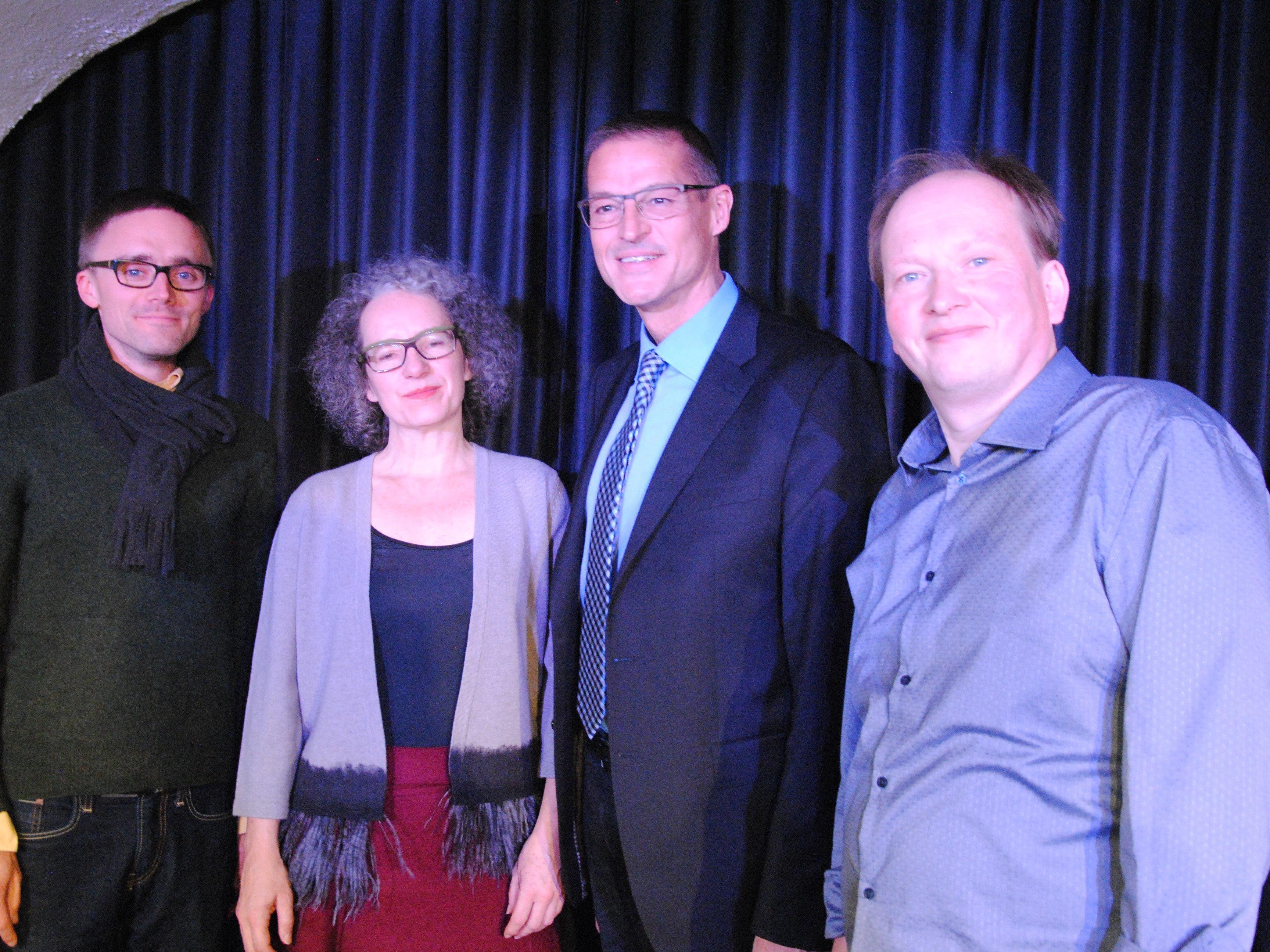 Lyrikpreis-Gewinner Arnold Maxwill mit Kulturstadträtin Ingrid Scharf, Gesundheitslandesrat Christian Bernhard und Zweitplatziertem Hartwig Mauritz.