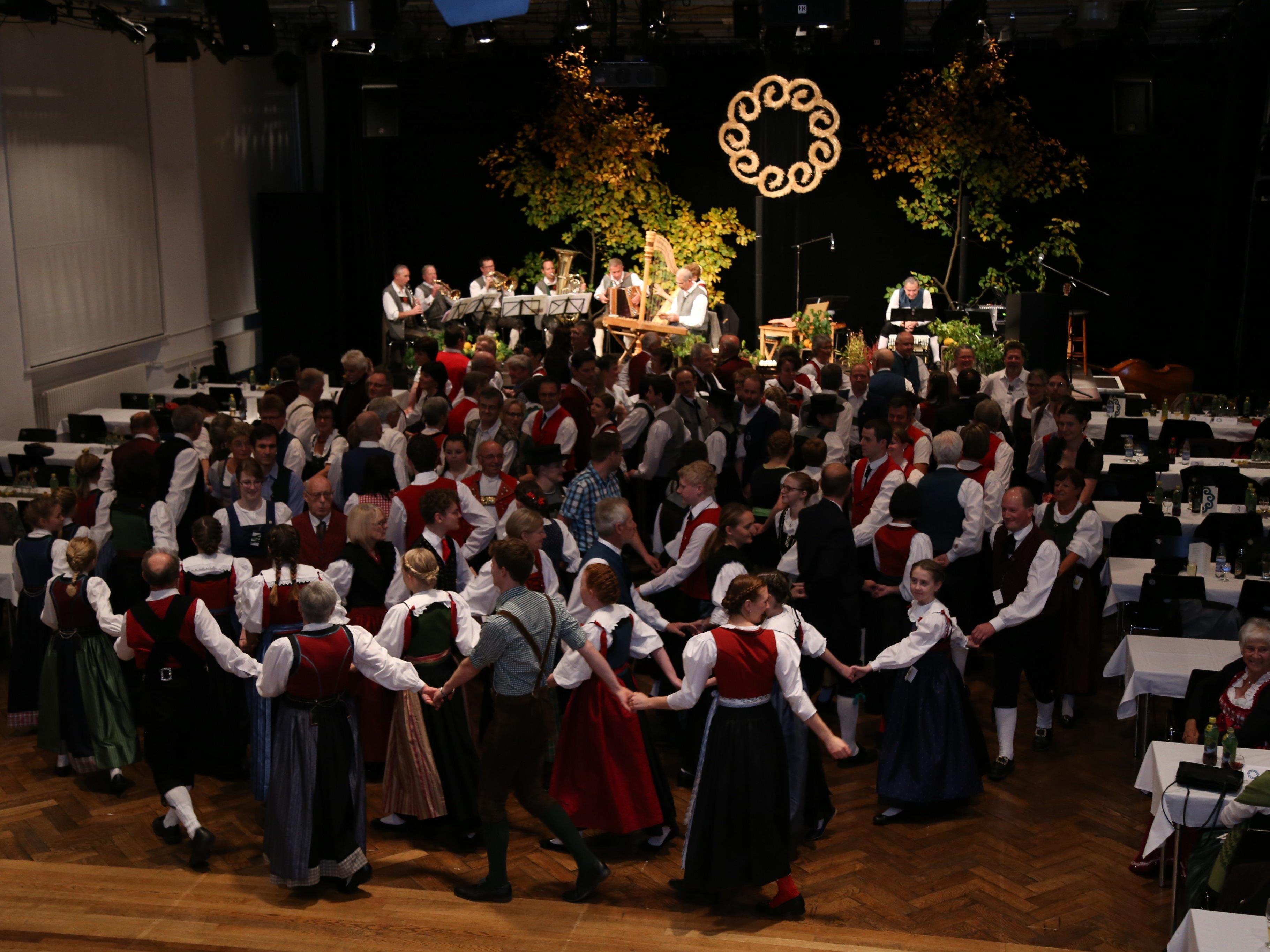 Über 100 Tänzer waren gekommen, um beim traditionellen Kathreintanz der TG im Pförtnerhaus teilzunehmen.