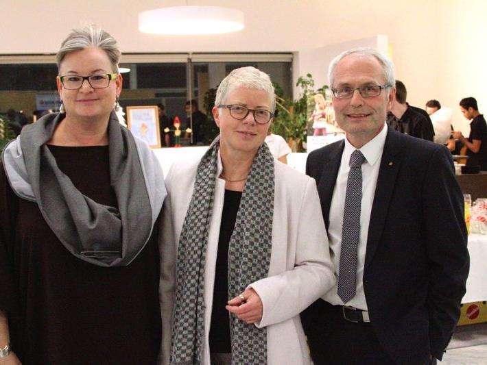 Vernissagerednerin Andrea Fritz-Pinggera mit Künstlerin Sigrid Hutter und Direktor Anton Steinberger.