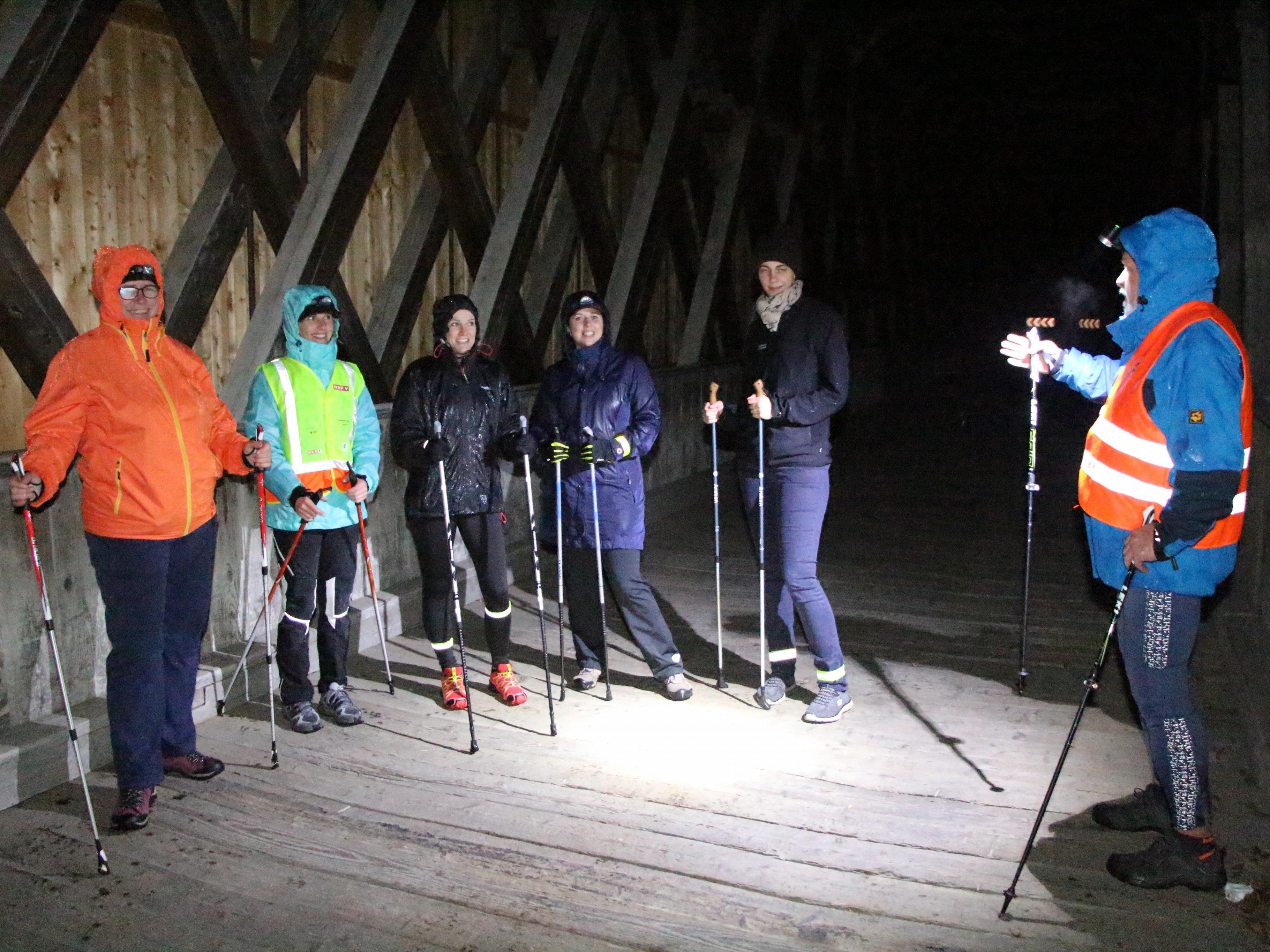Nordic Walking Gruppe an der Holzbrücke über die Ill