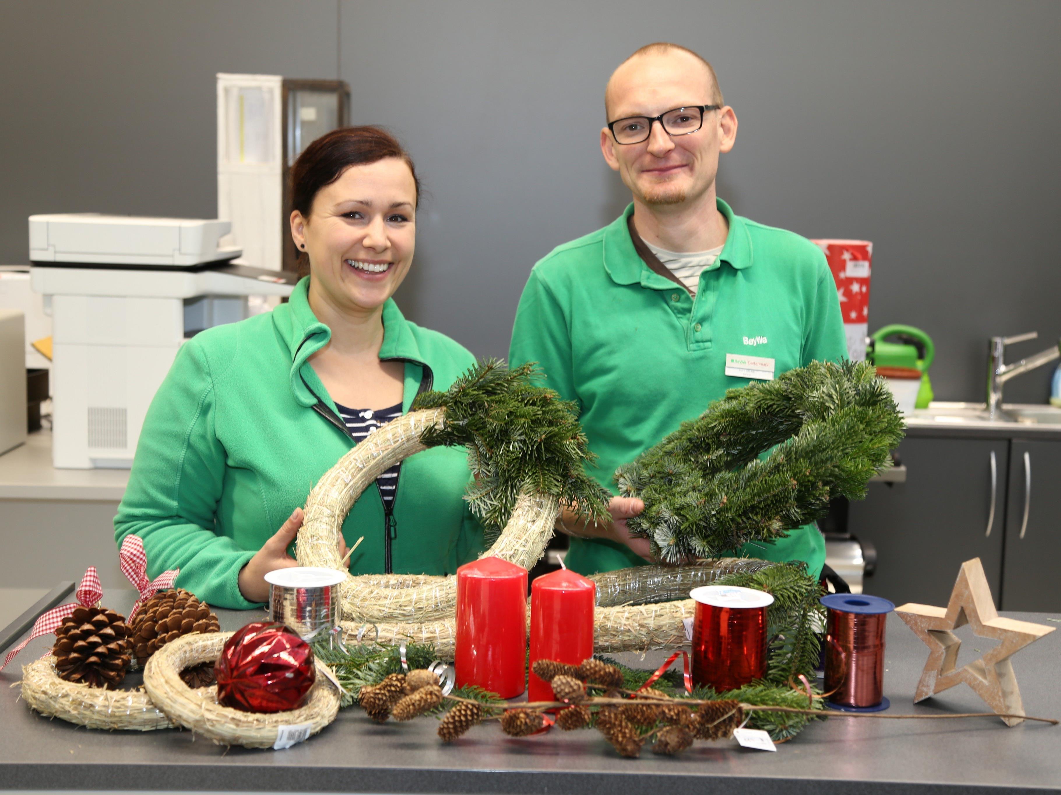 Daniela Halbeisen und Mario Schubert zeigen, worauf es beim Adventkranzbinden ankommt.