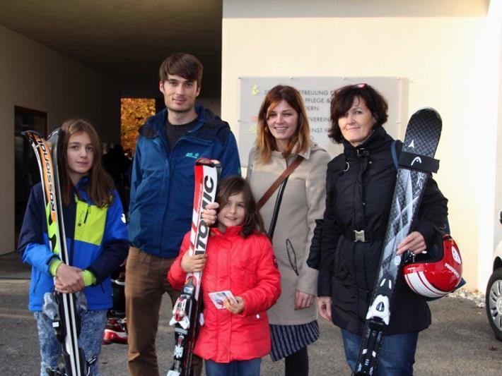 Familie Schneider wurde beim Wintersportbasar des WSV Nofels gleich fündig.