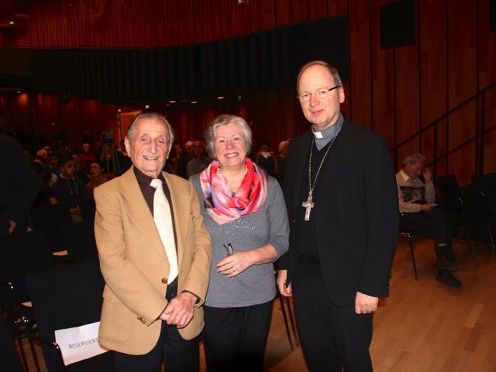 Zeitzeuge Marko Feingold mit Ehefrau Hanna und Bischof Benno Elbs im Montforthaus Feldkirch.