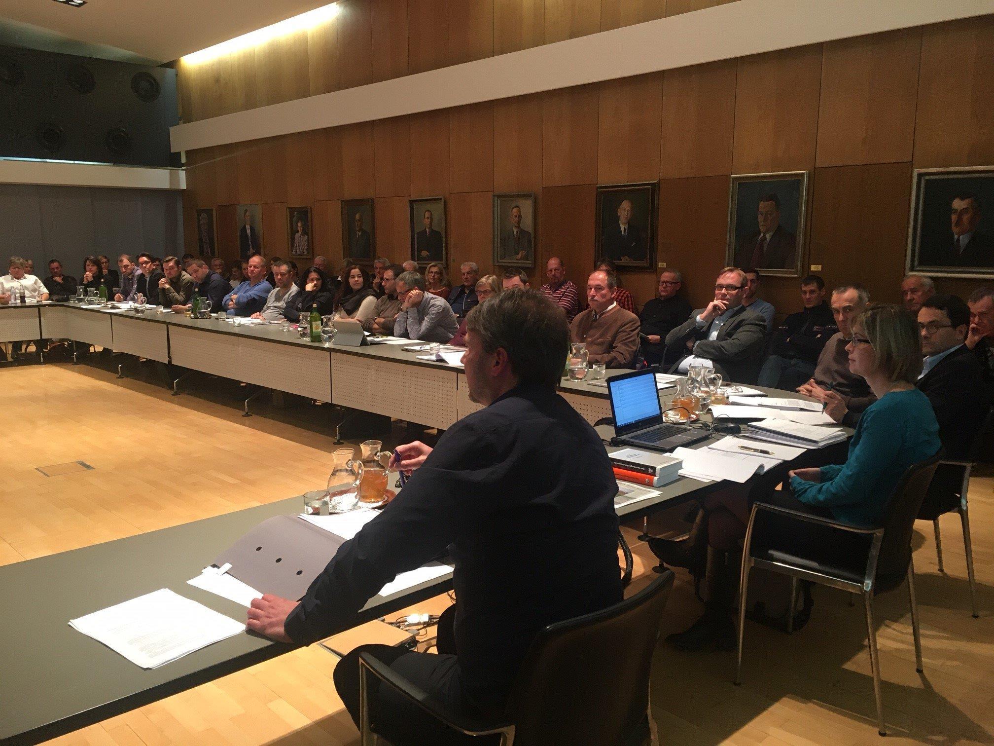 Die öffentliche Sitzung mit dem Hauptthema Ikea (vorne Bgm. Fischer) war sehr gut besucht.