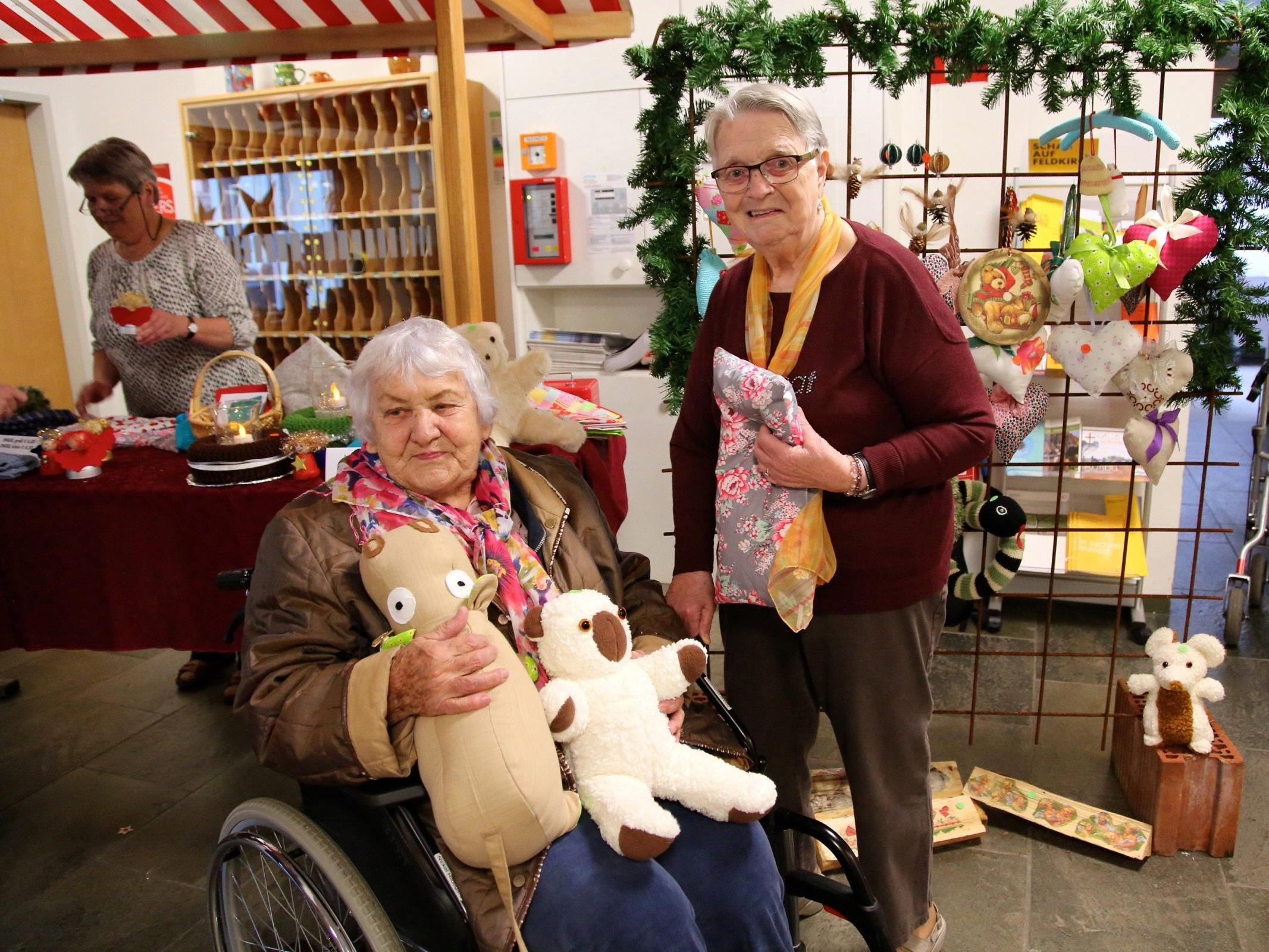 Die beiden Bewohnerinnen Hilda und Waltraud waren schon seit dem Sommer mit dem Basteln für den Adventmarkt beschäftigt.