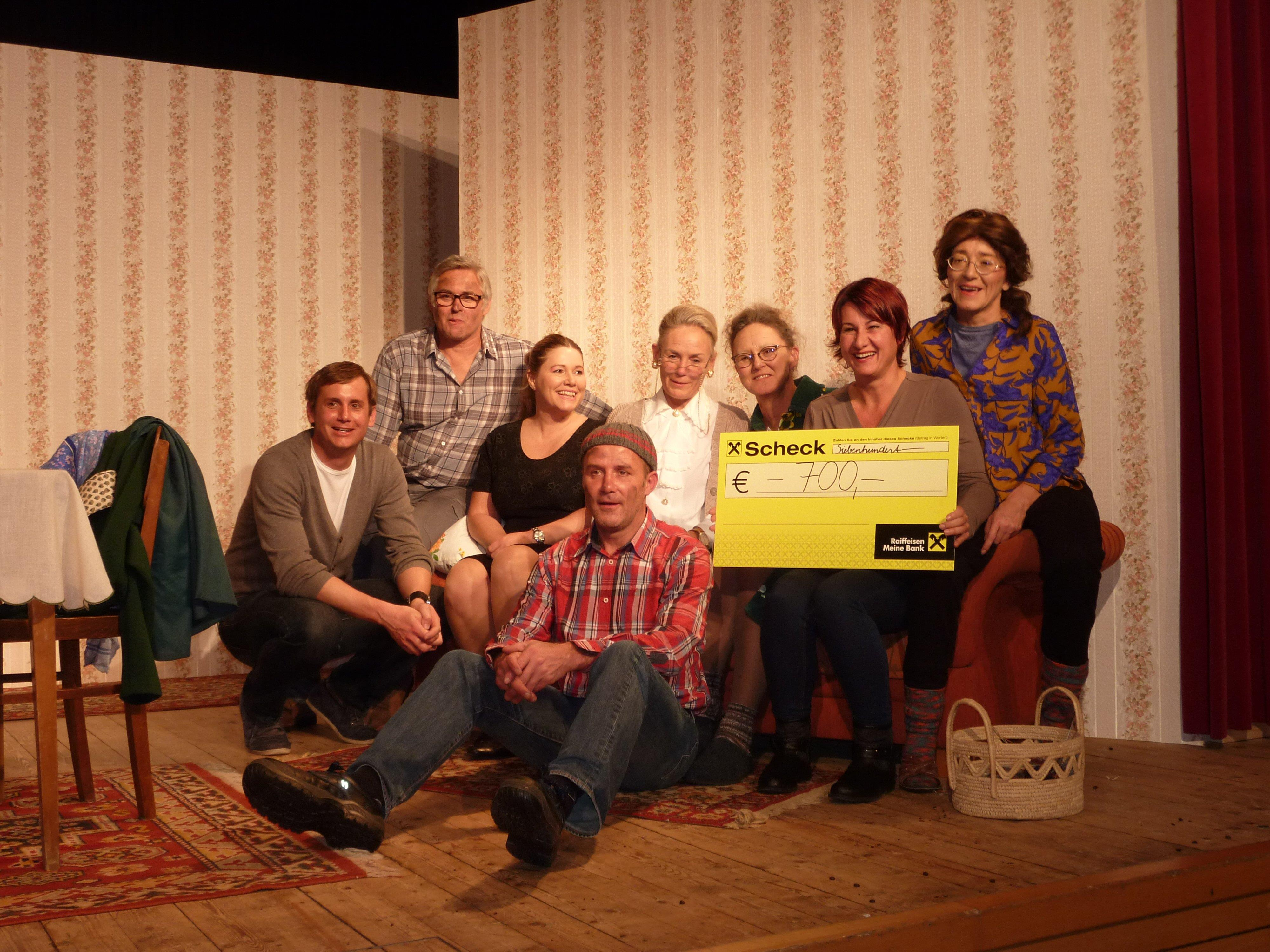 """Susanne Marosch von """"Geben für Leben"""" mit den Spielerinnen und Spielern"""