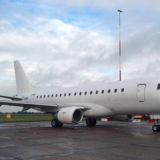 Der neue Embraer 170 der People's Viennaline muss natürlich auch als Fotomodell herhalten.