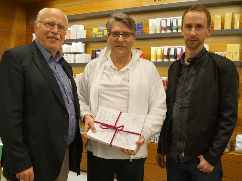 2900 Unterschriften übergaben Walter Fontana (l.) und Christian Fiel an Jürgen Rehak (M.).