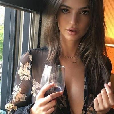Emily Ratajkowski lässt ihre Fans auf Instagram gerne tief blicken.