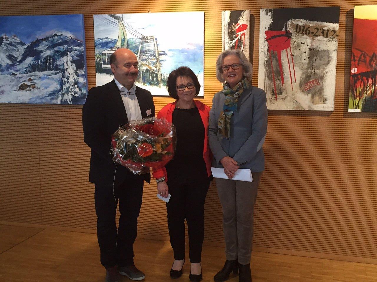 von li nach re: Gastgeber Heimleiter Dorin Limbean, Künstlerin Annemarie Micheluzzi, StR. Elisabeth Mathis