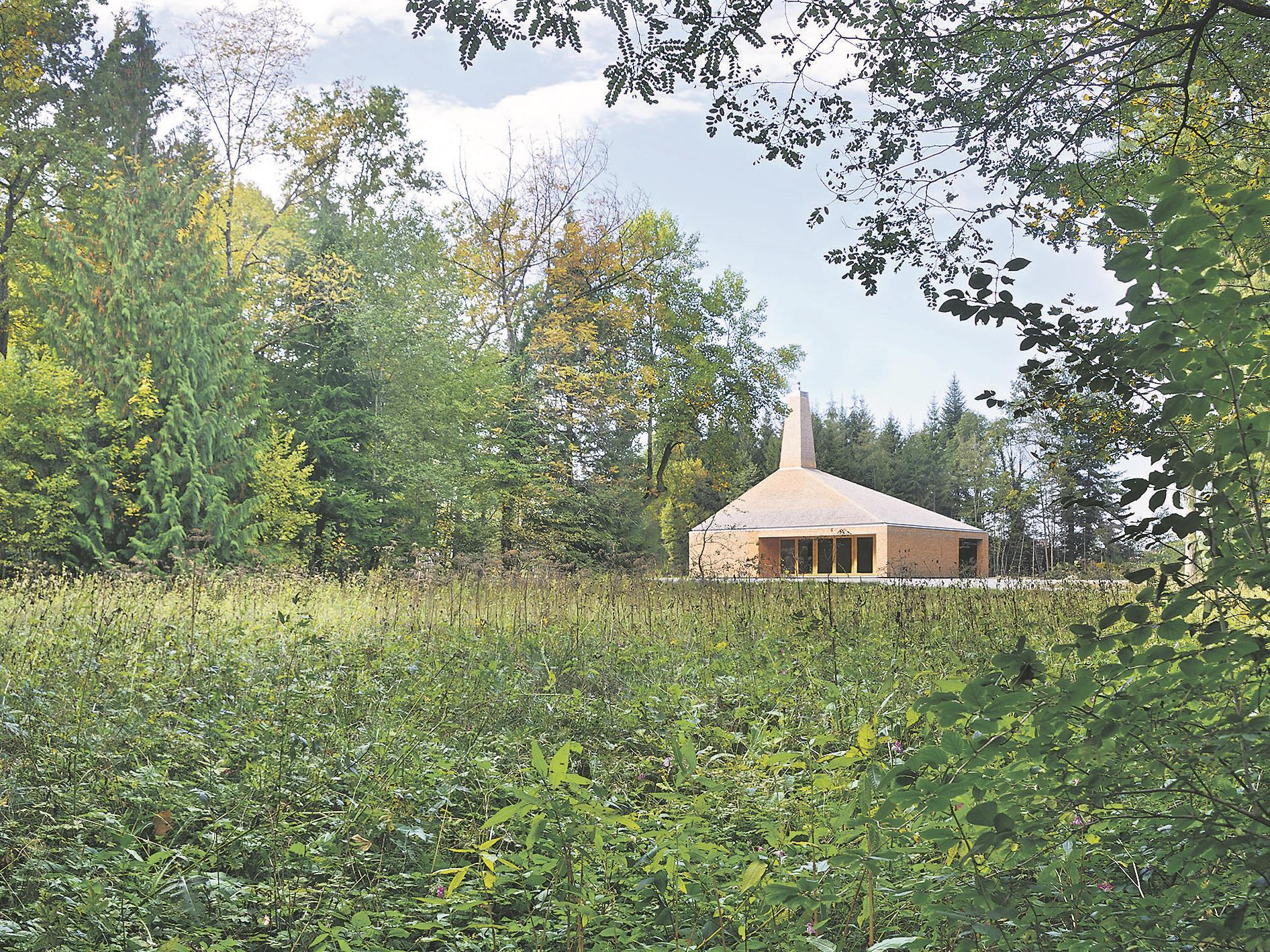 Während die zwei Vorgängerhäuser komplett im Wald gestanden sind, steht das neue auf einer Lichtung.