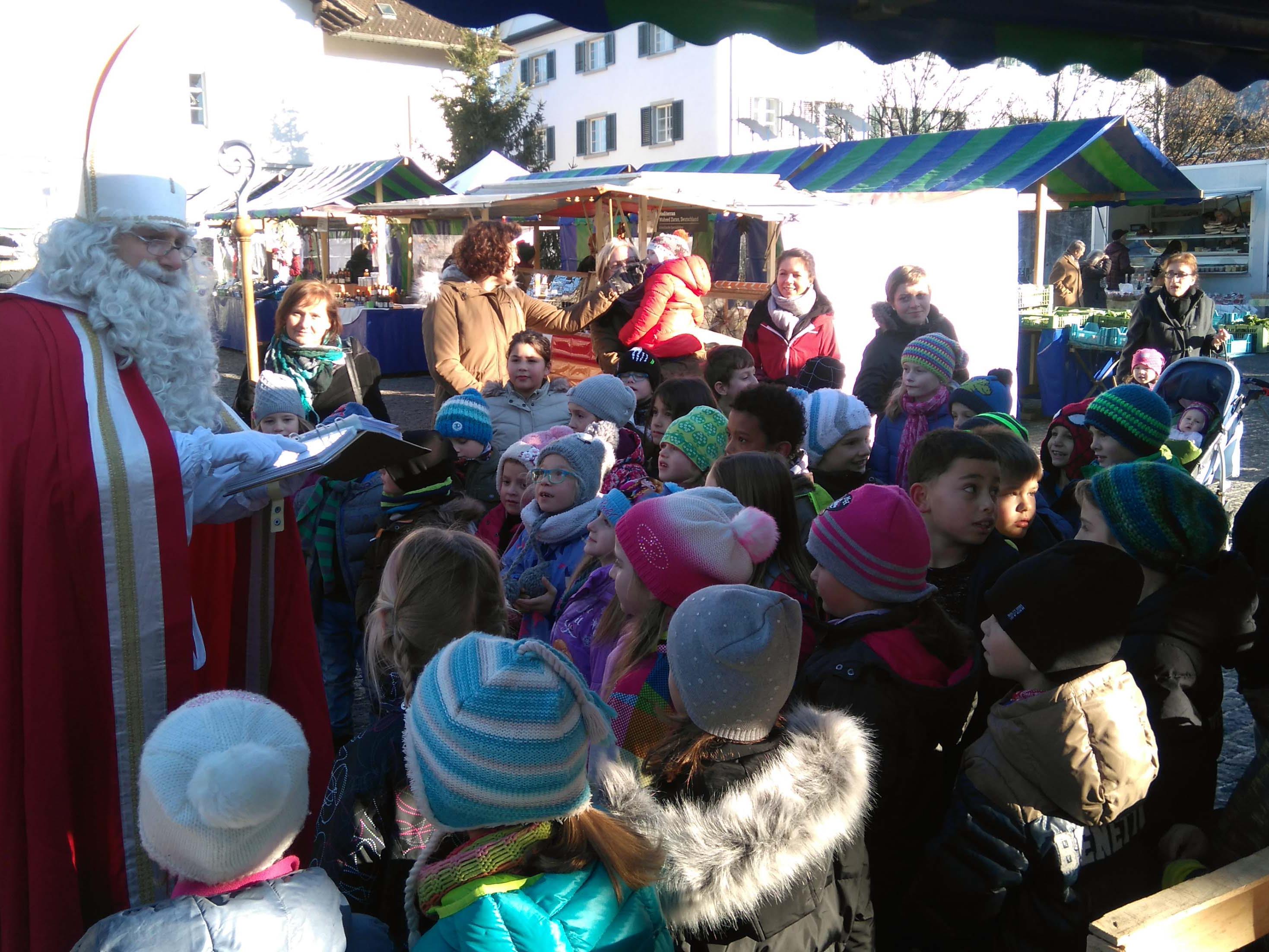 Schulklassen besuchten den Nikolaus am Rankler Wochenmarkt.